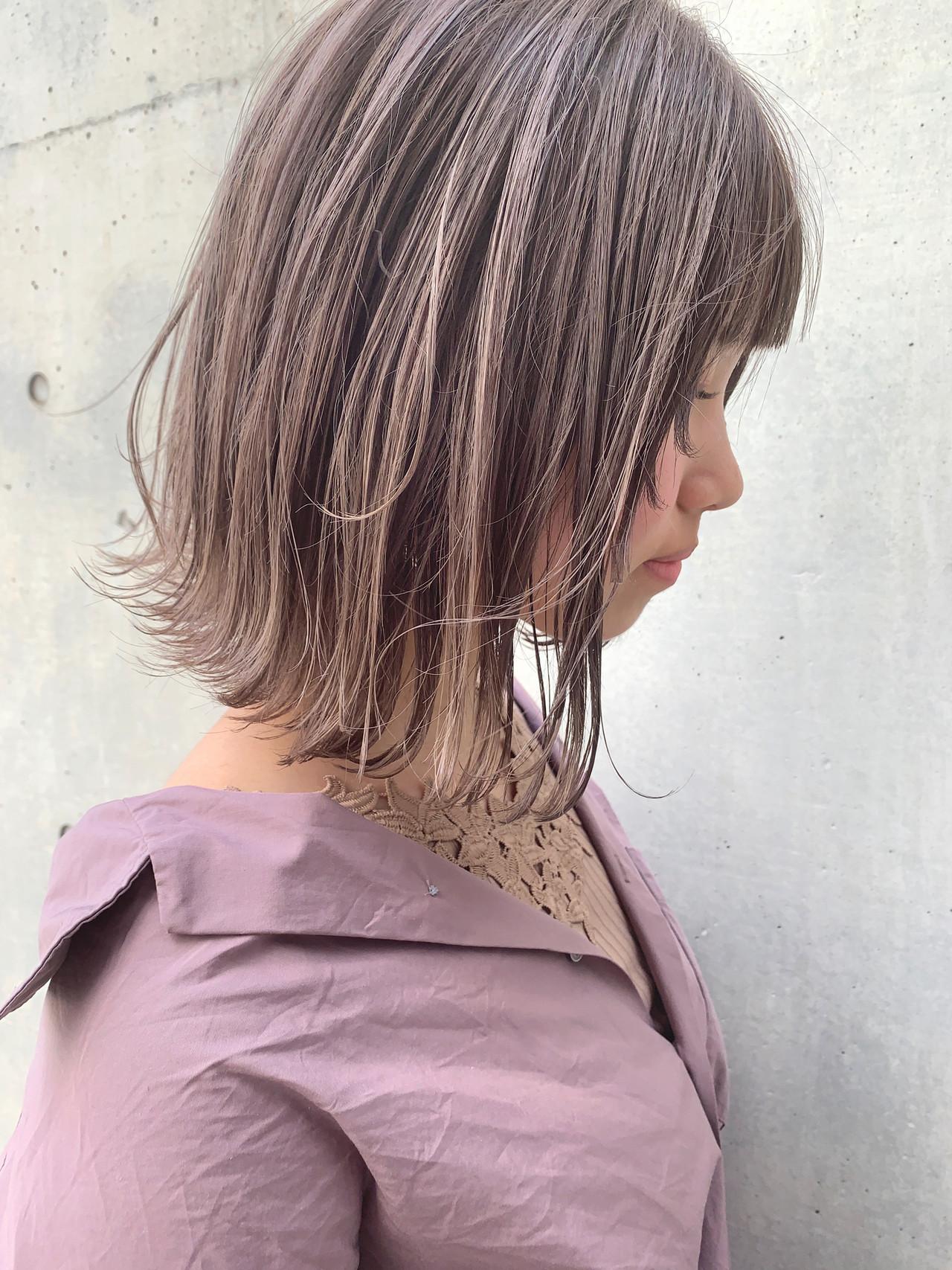 切りっぱなしボブ ショートヘア ミルクティーベージュ イルミナカラー ヘアスタイルや髪型の写真・画像
