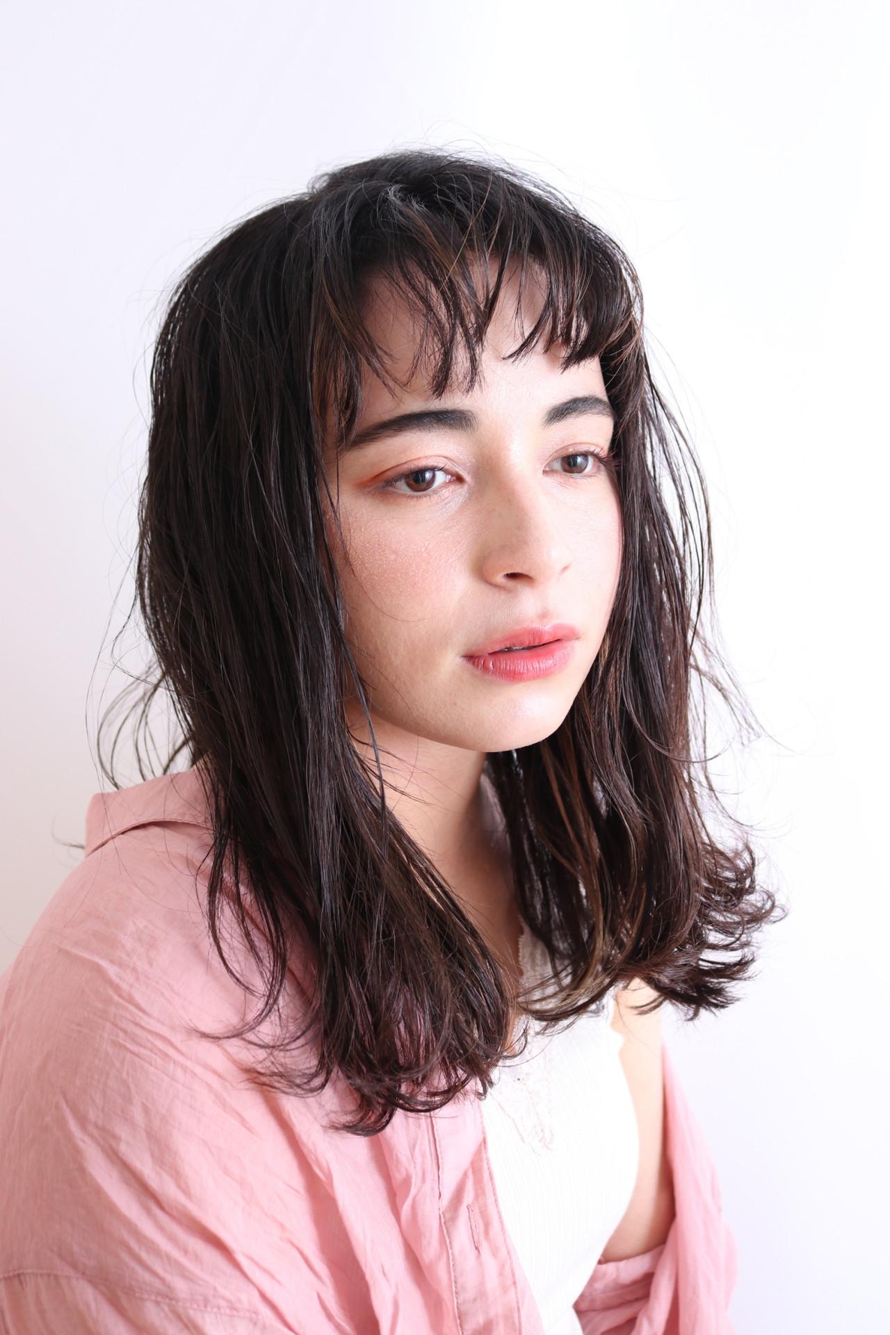 鎖骨ミディアム アッシュベージュ インナーカラー セミロング ヘアスタイルや髪型の写真・画像