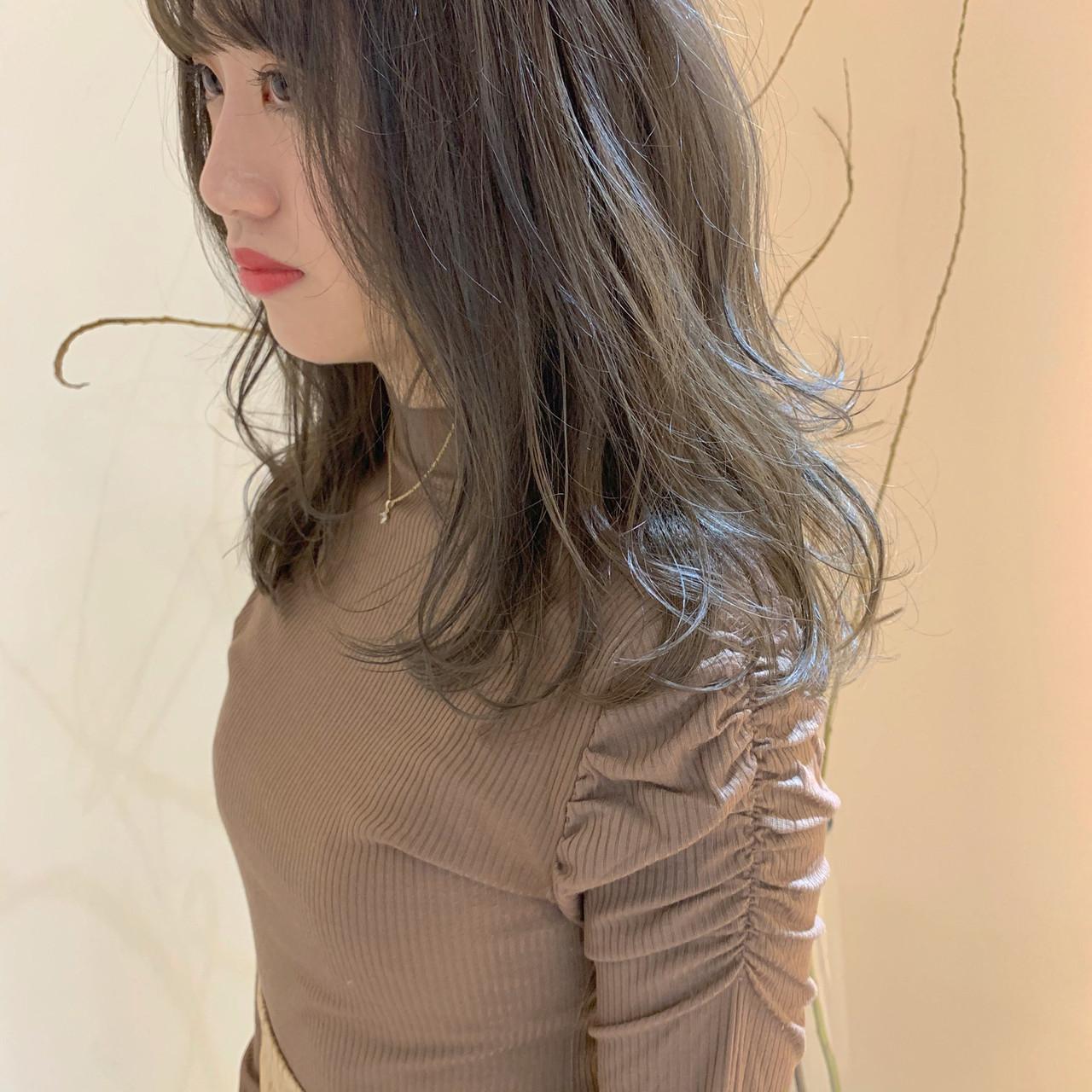 オリーブグレージュ オリーブアッシュ ミディアム ヌーディーベージュ ヘアスタイルや髪型の写真・画像