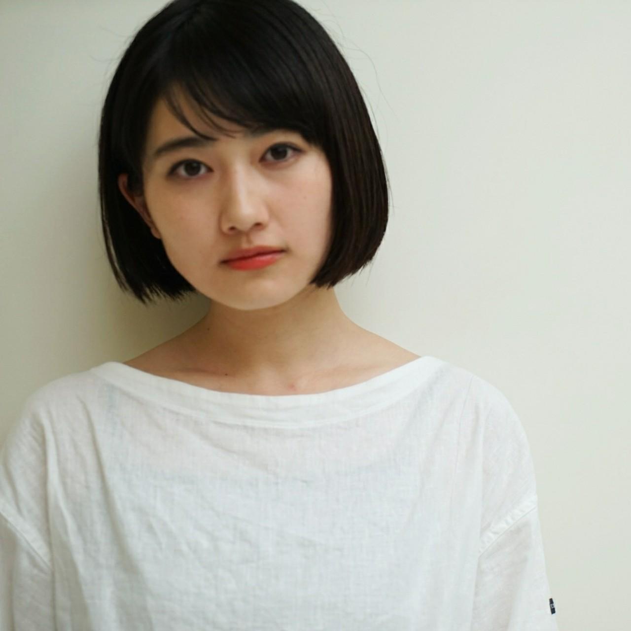 ナチュラルな黒髪ボブ。 シンプルな服にはシンプルな髪型で☆ 日本人の凛とした感じ。