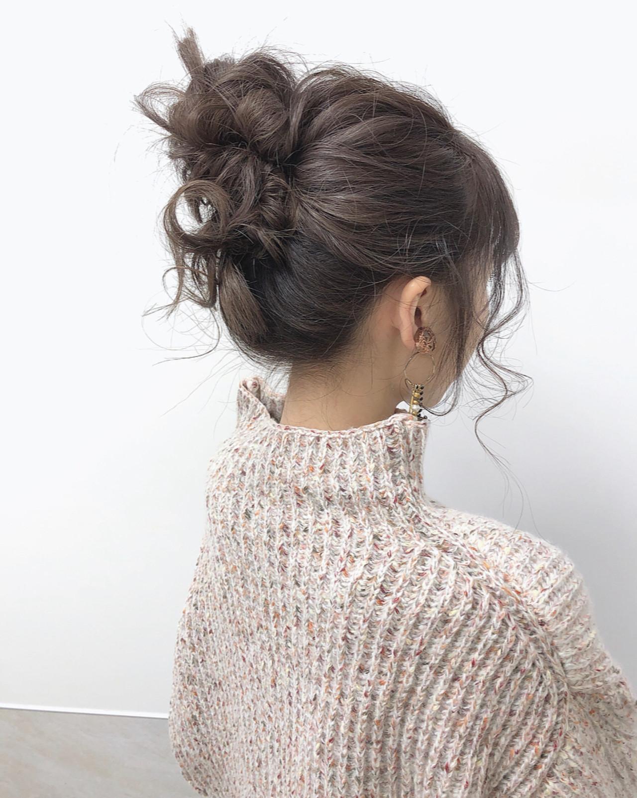 ラベンダーグレー セミロング お団子ヘア ナチュラル ヘアスタイルや髪型の写真・画像