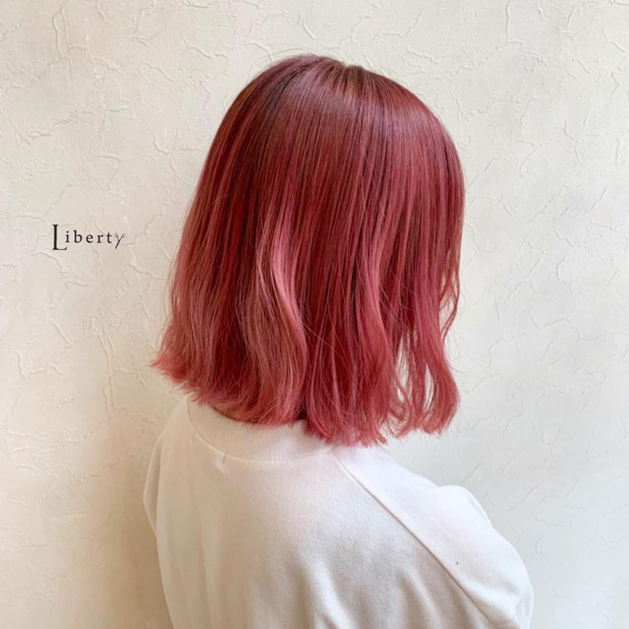 ベリーピンク ミディアム 派手髪 チェリーレッド ヘアスタイルや髪型の写真・画像