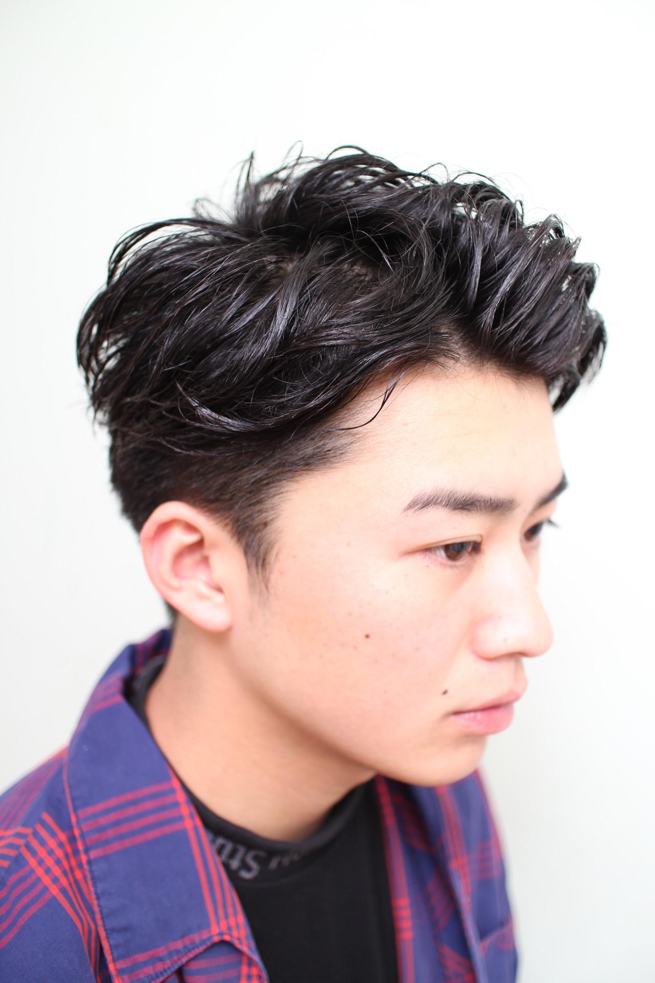 黒髪の七三分けヘア