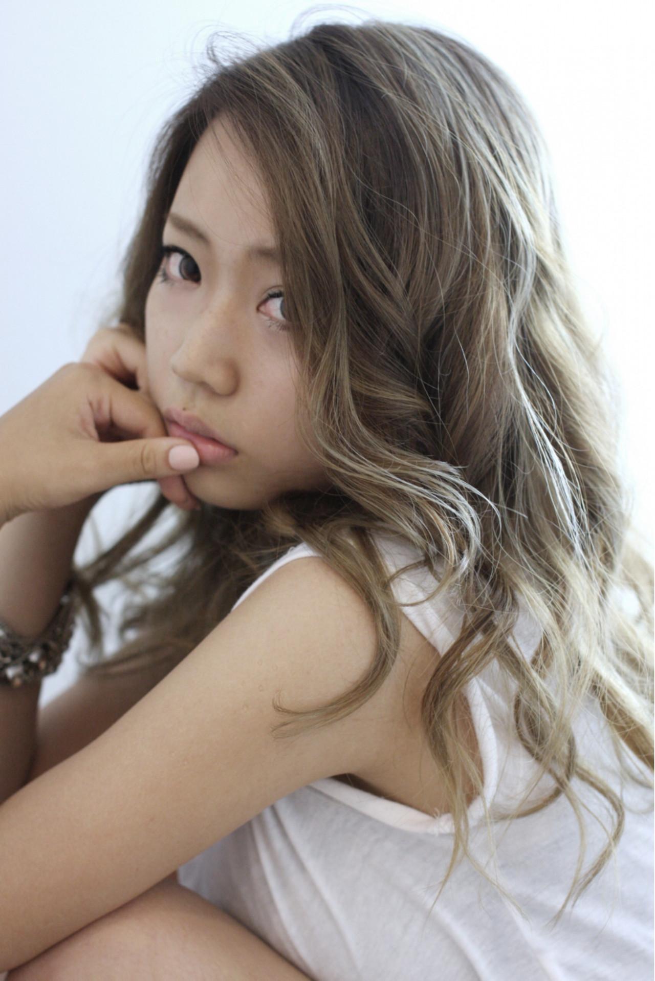 外国人風 3Dカラー ウェーブ ロング ヘアスタイルや髪型の写真・画像