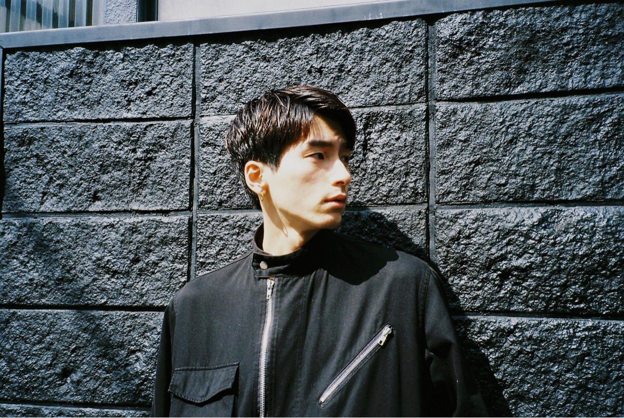 カジュアルな七三分けスタイルのイケメン男性