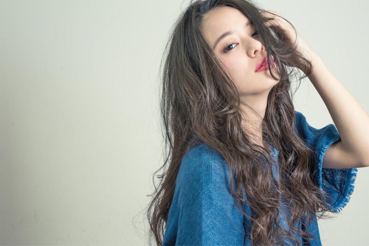 アッシュ 暗髪 外国人風 ルーズ ヘアスタイルや髪型の写真・画像