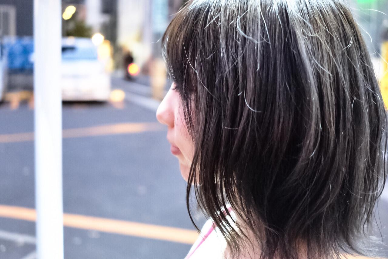 ネイビー ウェットヘア アッシュグレージュ こなれ感 ヘアスタイルや髪型の写真・画像