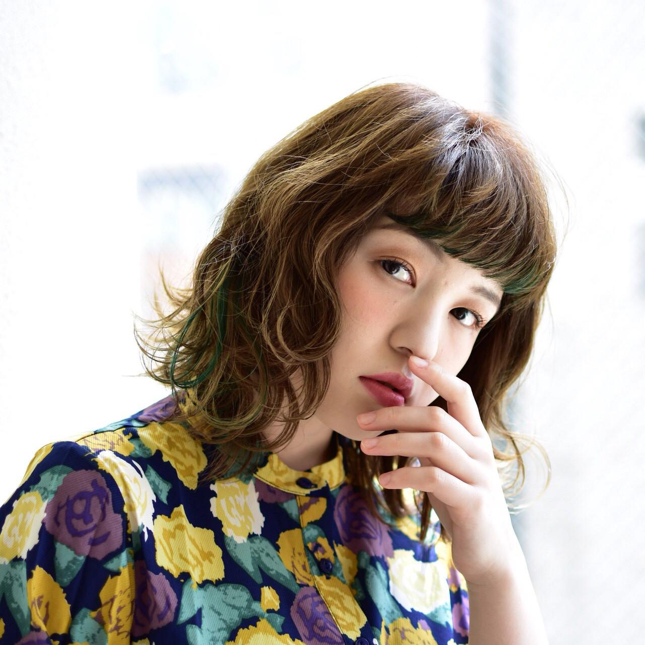 ワイドバング グリーン インナーカラー ショートバング ヘアスタイルや髪型の写真・画像
