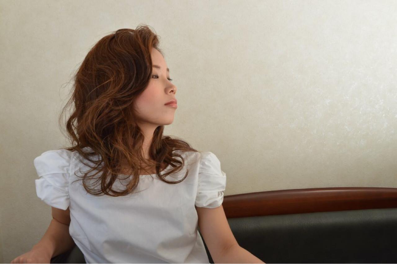 セミロング 前髪あり 大人女子 かき上げ前髪 ヘアスタイルや髪型の写真・画像