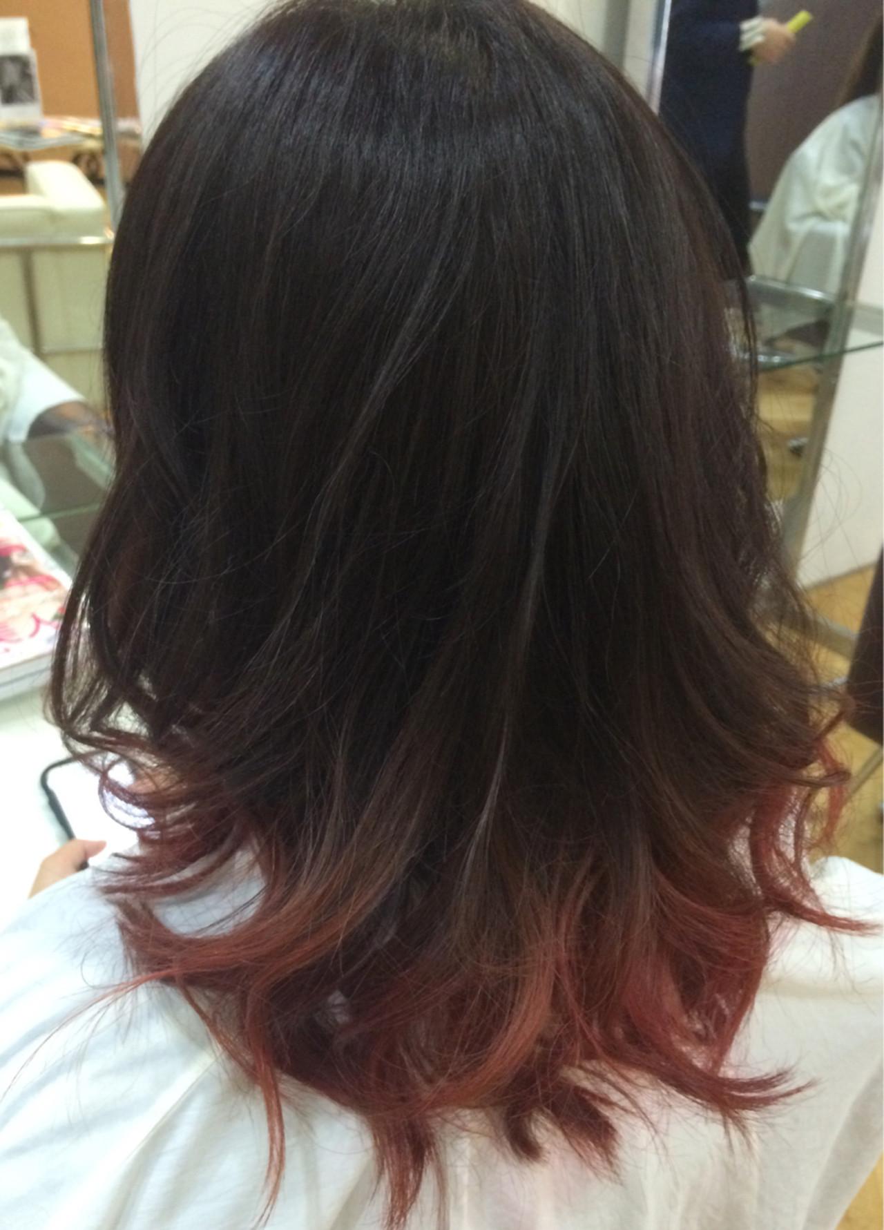 レッド ピンク グラデーションカラー ミディアム ヘアスタイルや髪型の写真・画像