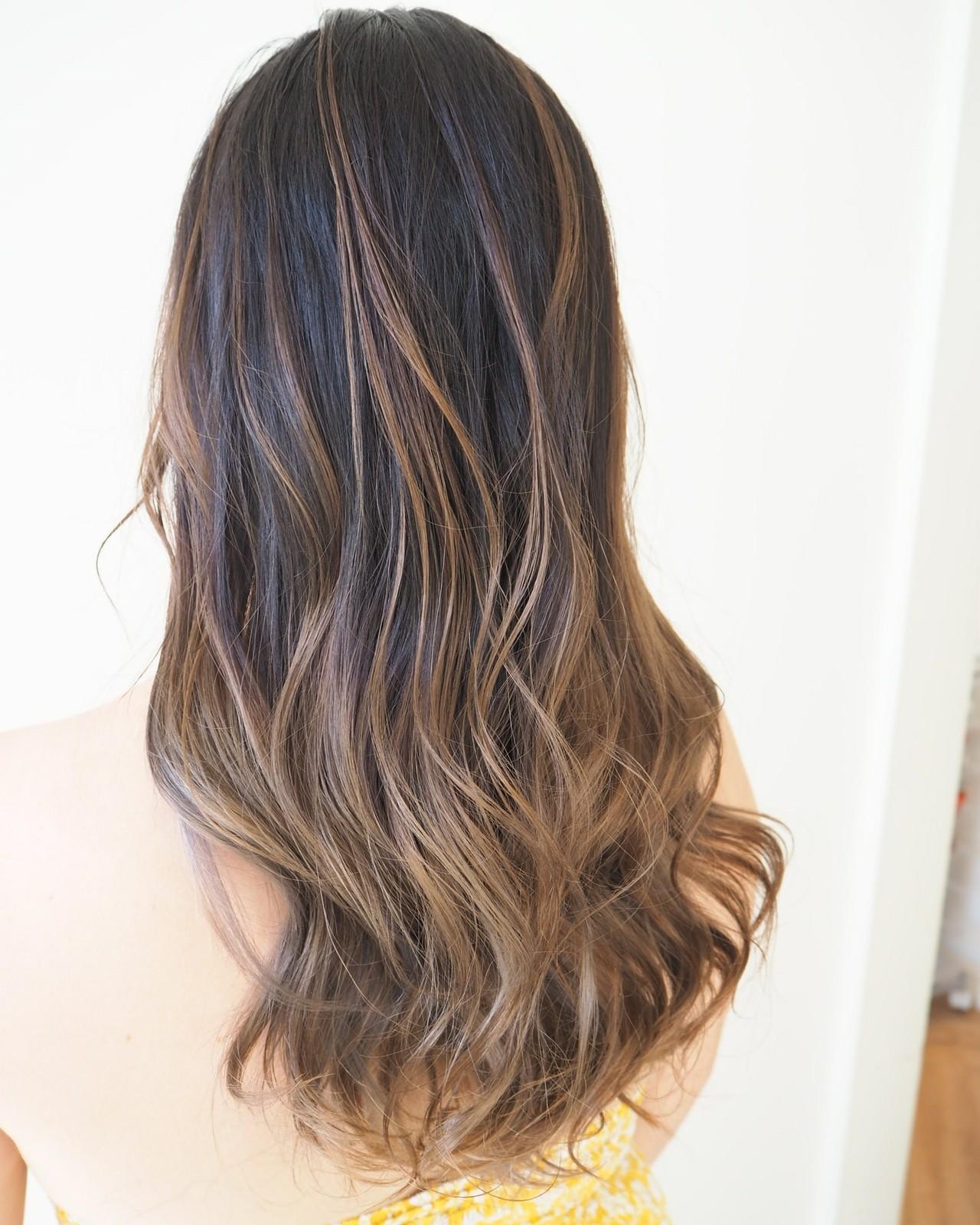 ミルクティーベージュ バレイヤージュ ロング 透明感カラー ヘアスタイルや髪型の写真・画像