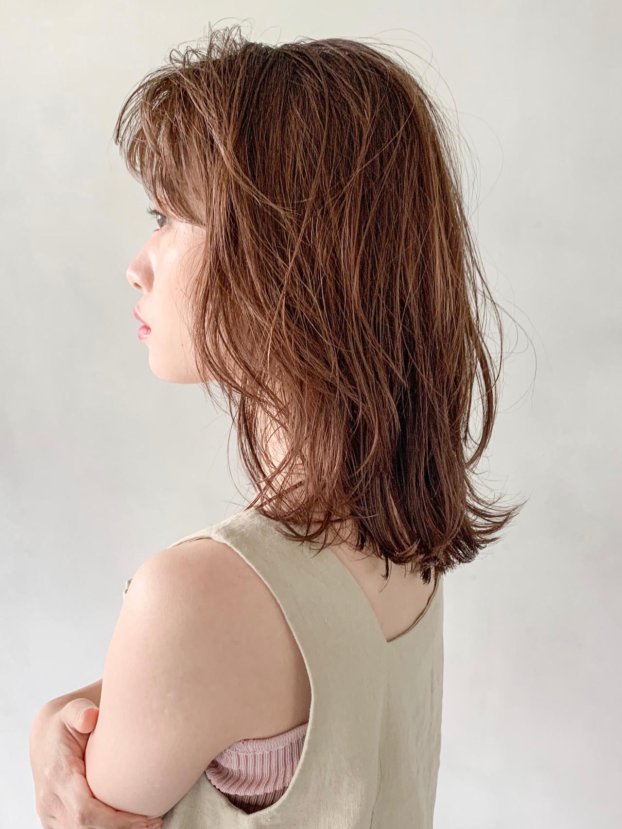 ミディアム ナチュラル ウルフカット レイヤーカット ヘアスタイルや髪型の写真・画像