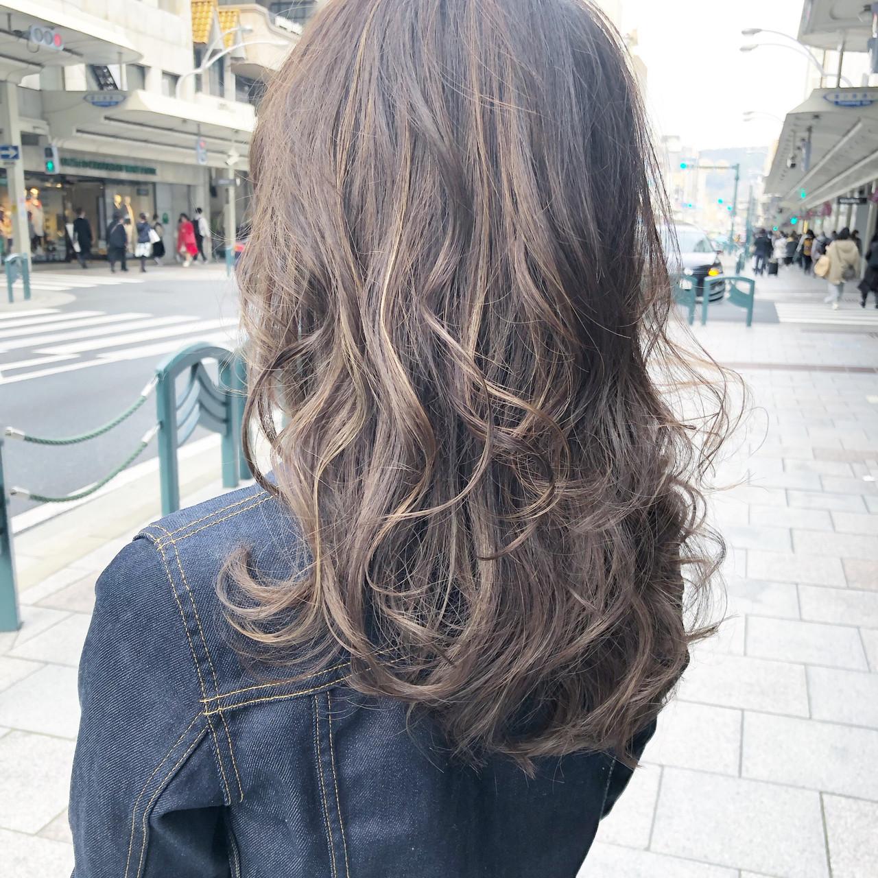 フェミニン アッシュブラウン ハイライト ナチュラルブラウンカラー ヘアスタイルや髪型の写真・画像