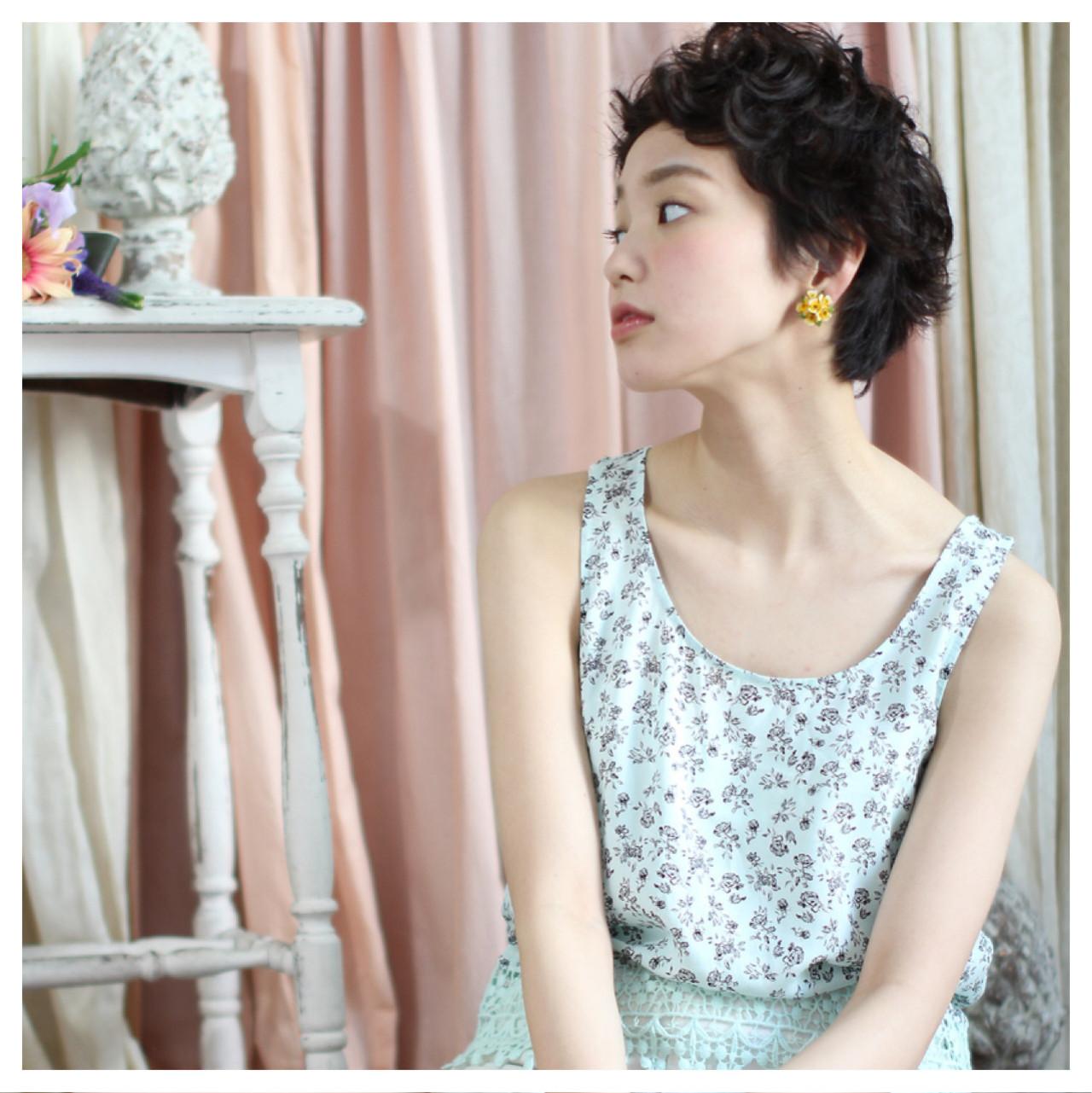 小顔 ベリーショート 外国人風 ゆるふわ ヘアスタイルや髪型の写真・画像   岡本 光太 / Acotto Labas