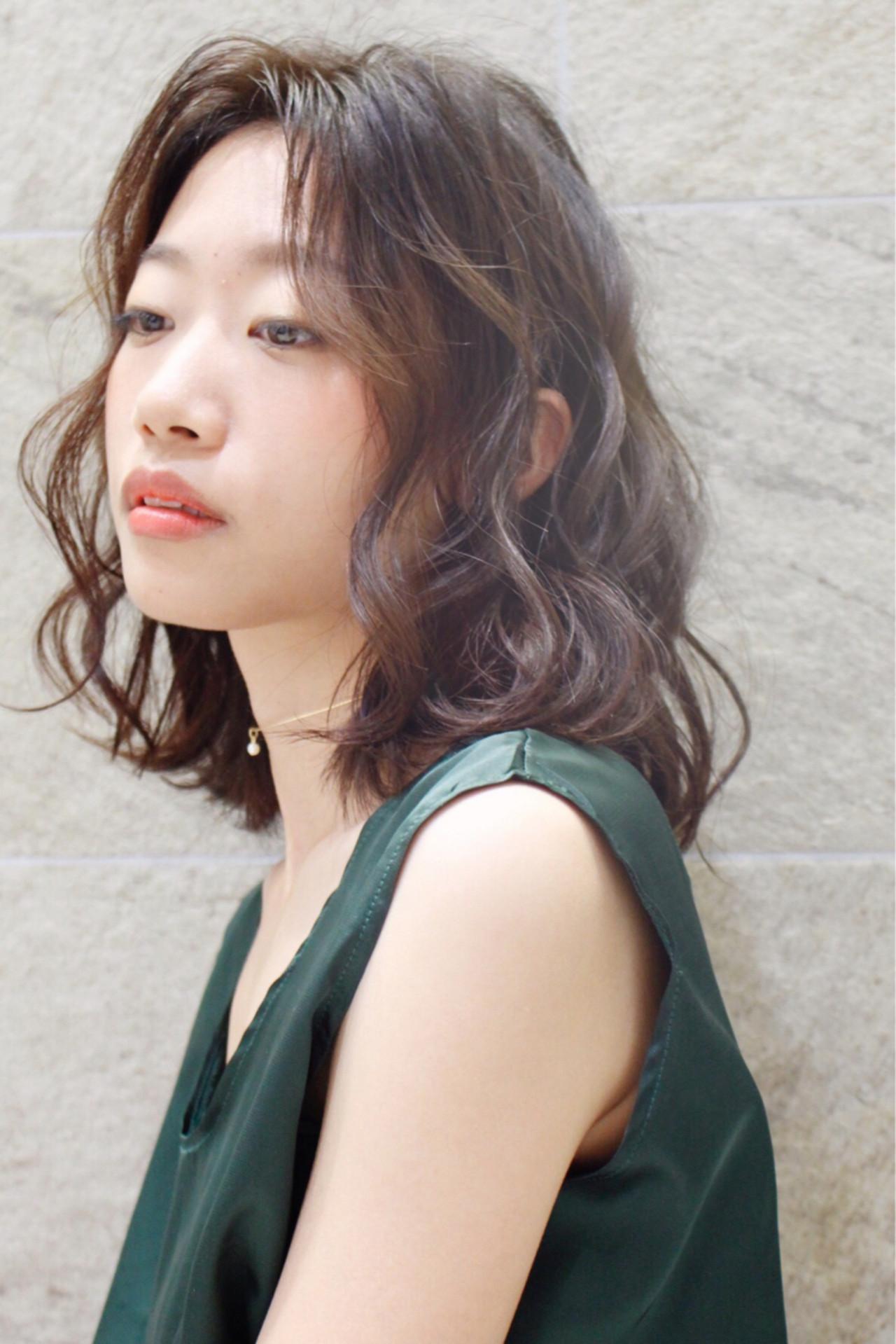 大人女子 ウェーブ ミディアム モード ヘアスタイルや髪型の写真・画像