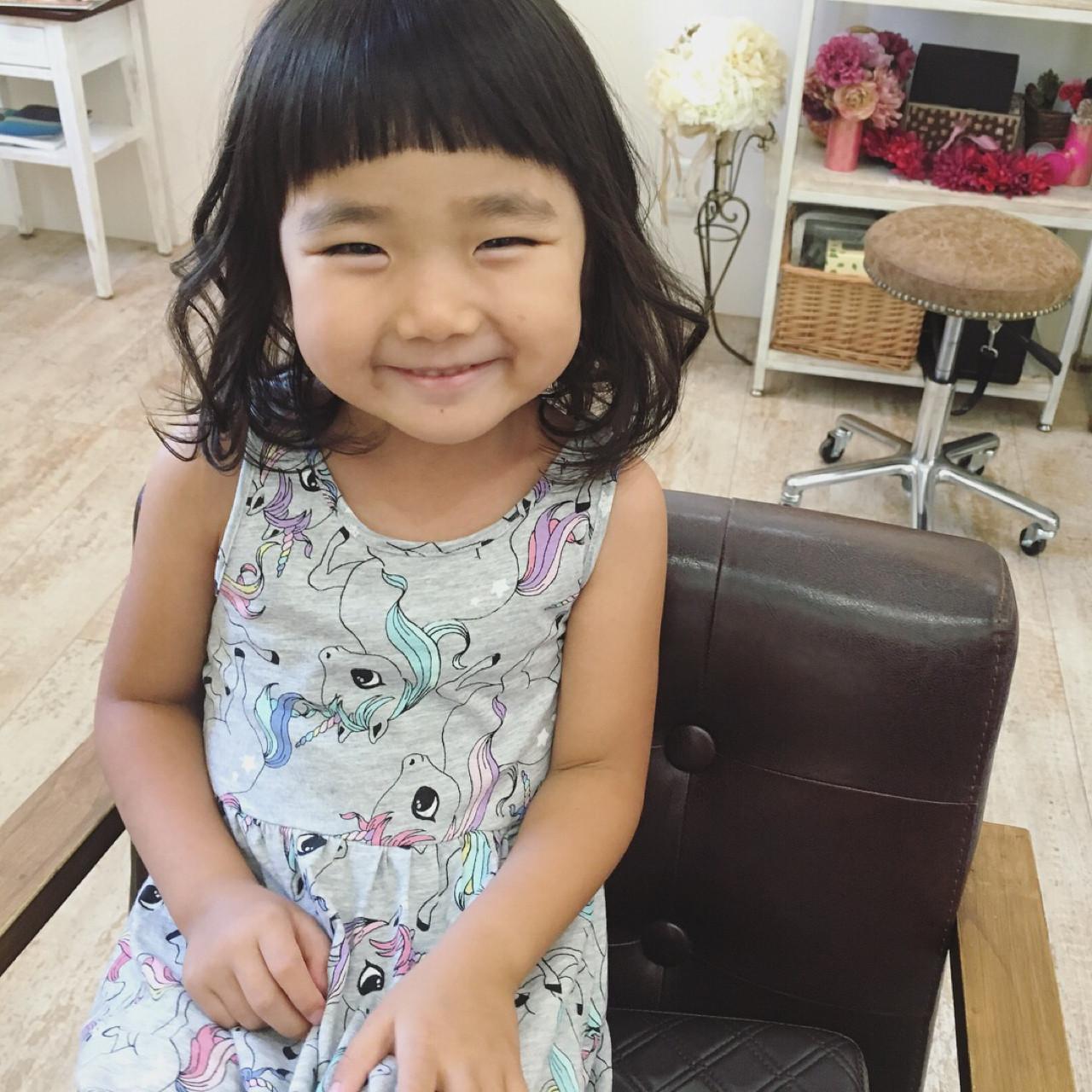 ミディアム 前髪パッツン 子供 ナチュラル ヘアスタイルや髪型の写真・画像