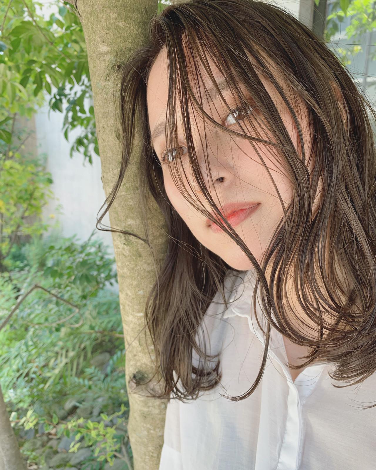 切りっぱなしボブ フェミニン セミロング グレージュ ヘアスタイルや髪型の写真・画像