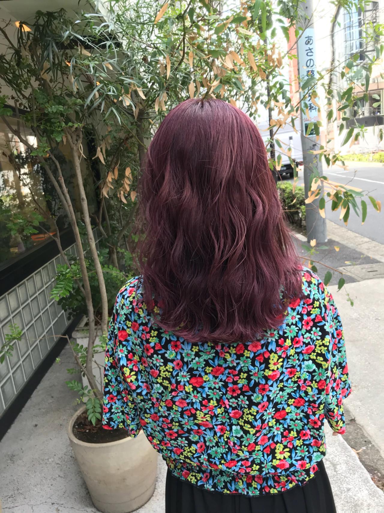 ピンク ミディアム カール 波ウェーブ ヘアスタイルや髪型の写真・画像