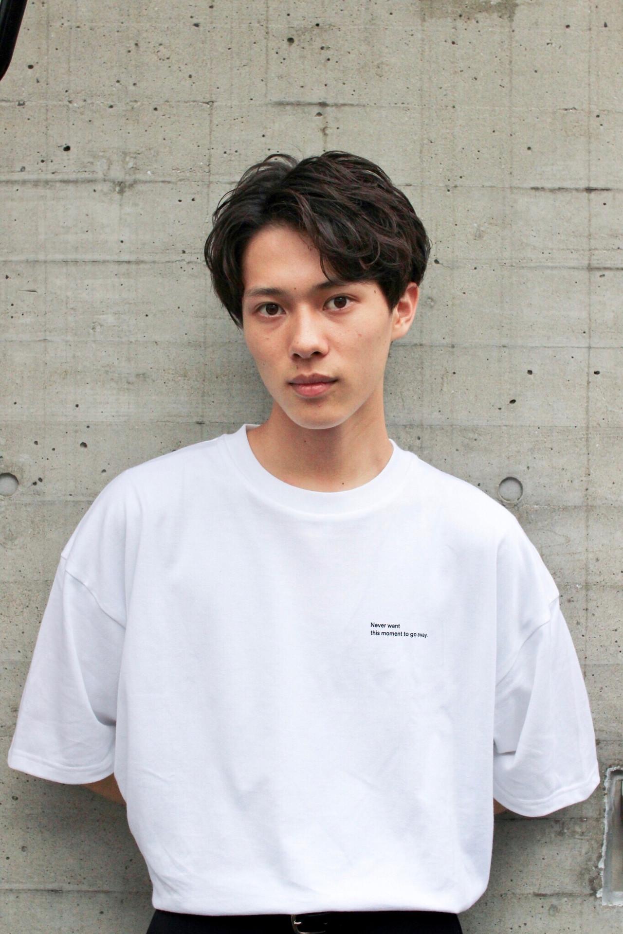 白Tシャツを着た若い男性