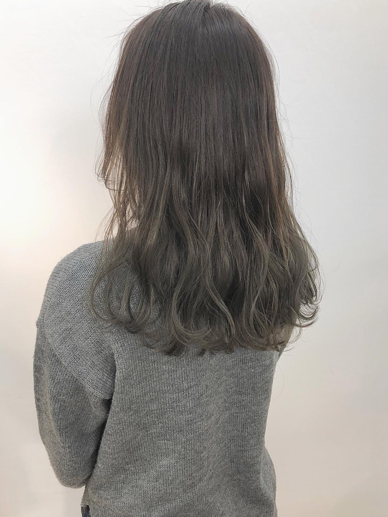 アッシュグレージュ グレーアッシュ くすみカラー オリーブアッシュ ヘアスタイルや髪型の写真・画像