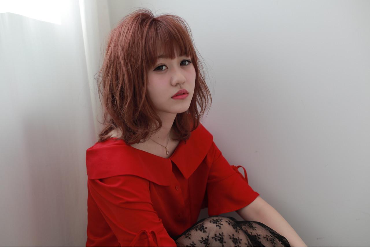 ミディアム 前髪あり ピンクアッシュ フェミニン ヘアスタイルや髪型の写真・画像