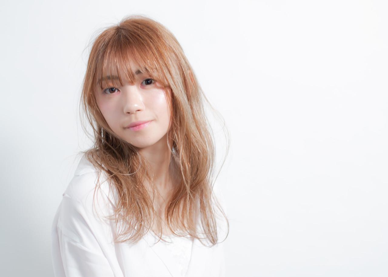アンニュイほつれヘア 大人かわいい 透明感 ミルクティーベージュ ヘアスタイルや髪型の写真・画像