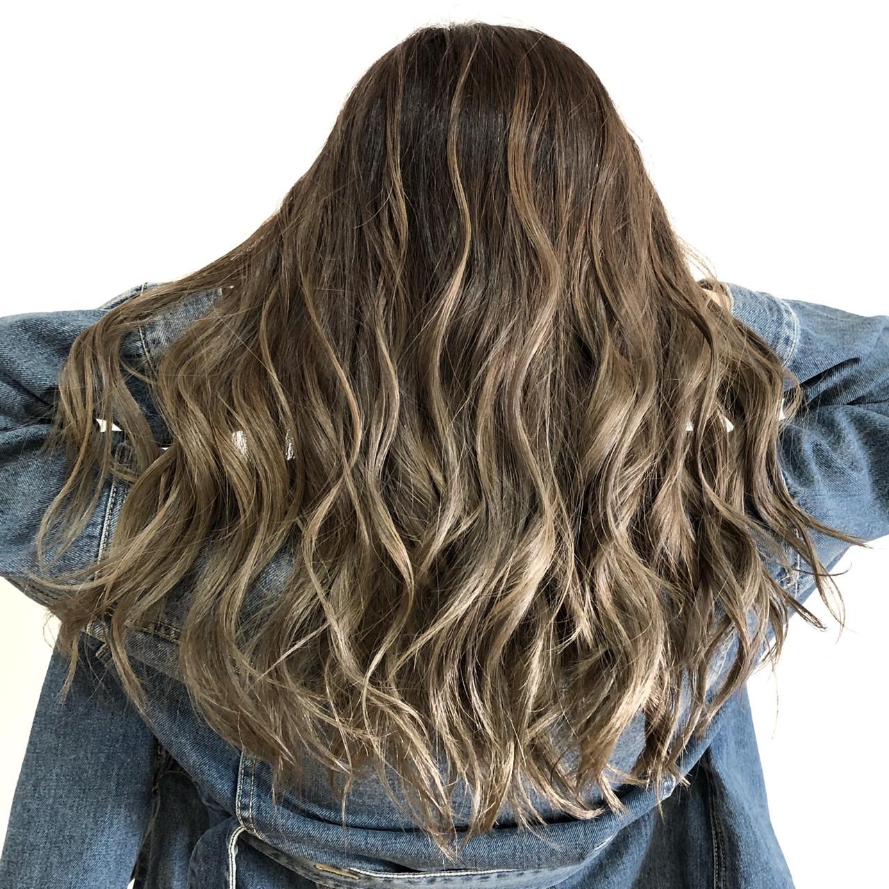 グレージュ フェミニン バレイヤージュ セミロング ヘアスタイルや髪型の写真・画像