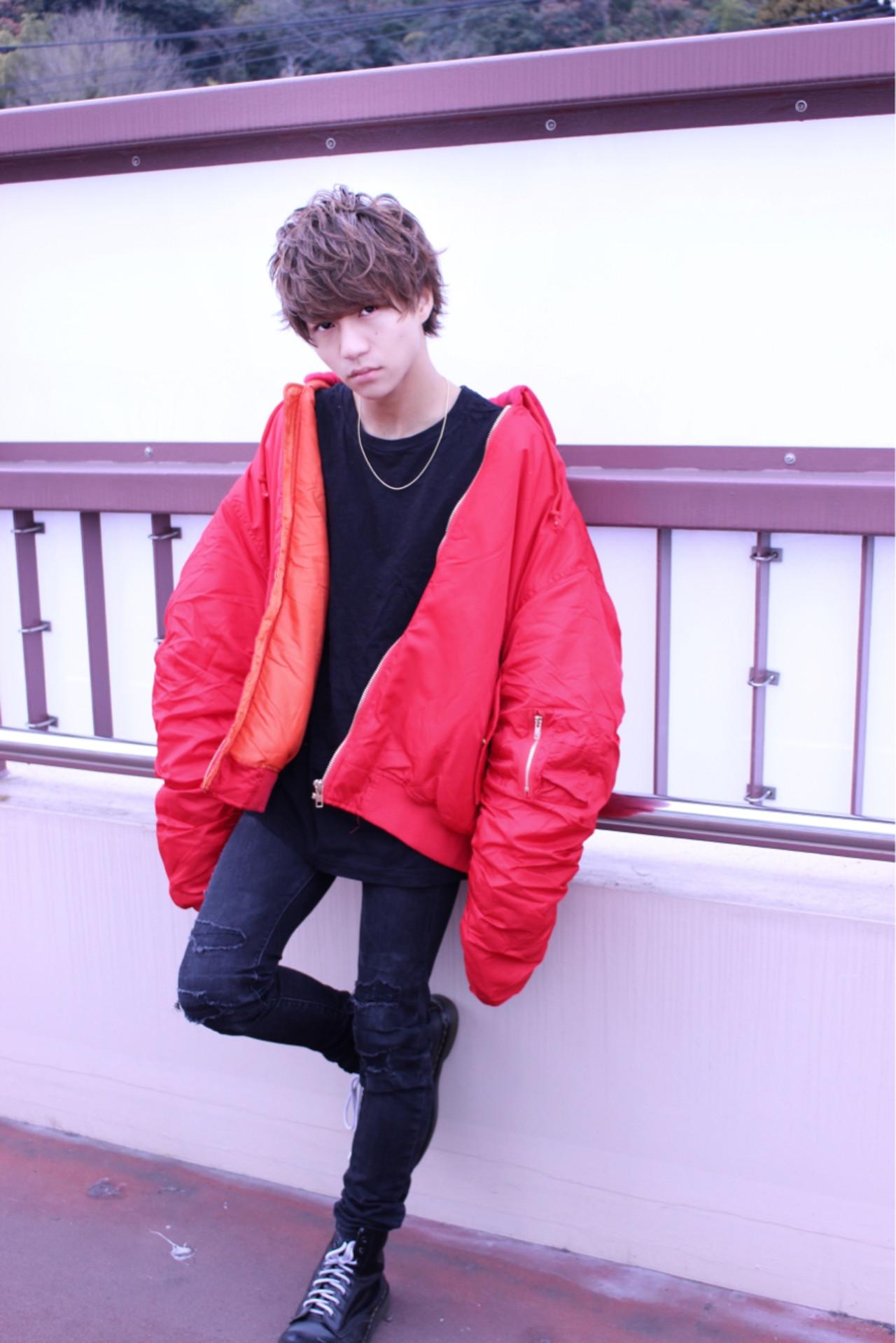 赤のジャケットを差し色にした服装