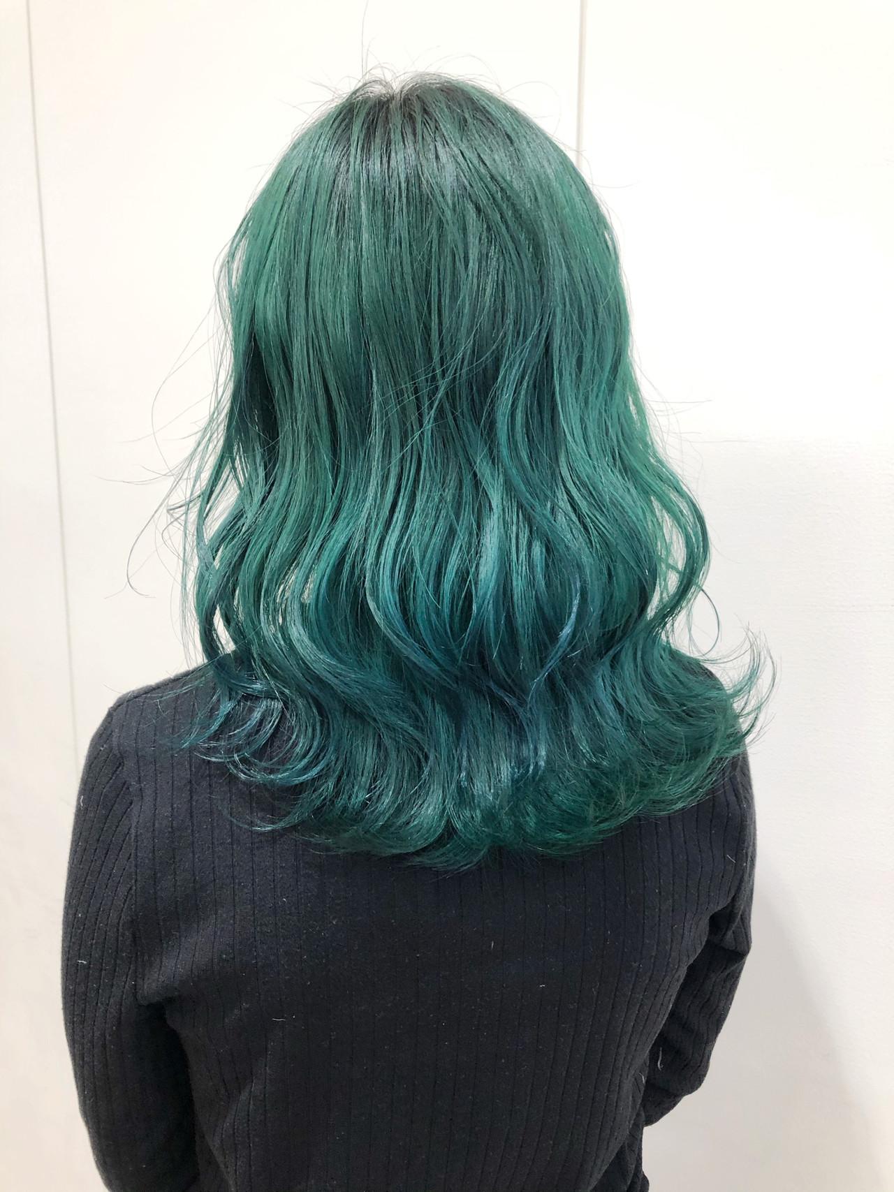 エメラルドグリーンカラー ブリーチカラー ブリーチ グリーン ヘアスタイルや髪型の写真・画像