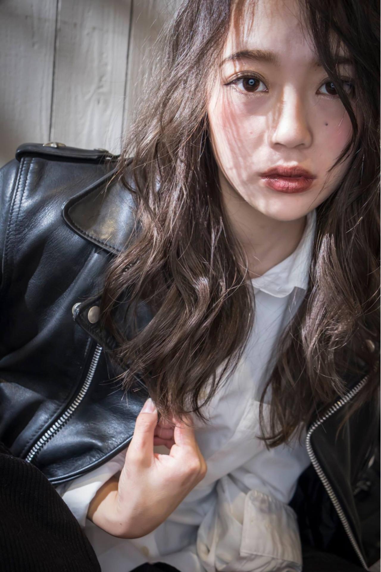 セミロング 暗髪 アッシュ ニュアンス ヘアスタイルや髪型の写真・画像