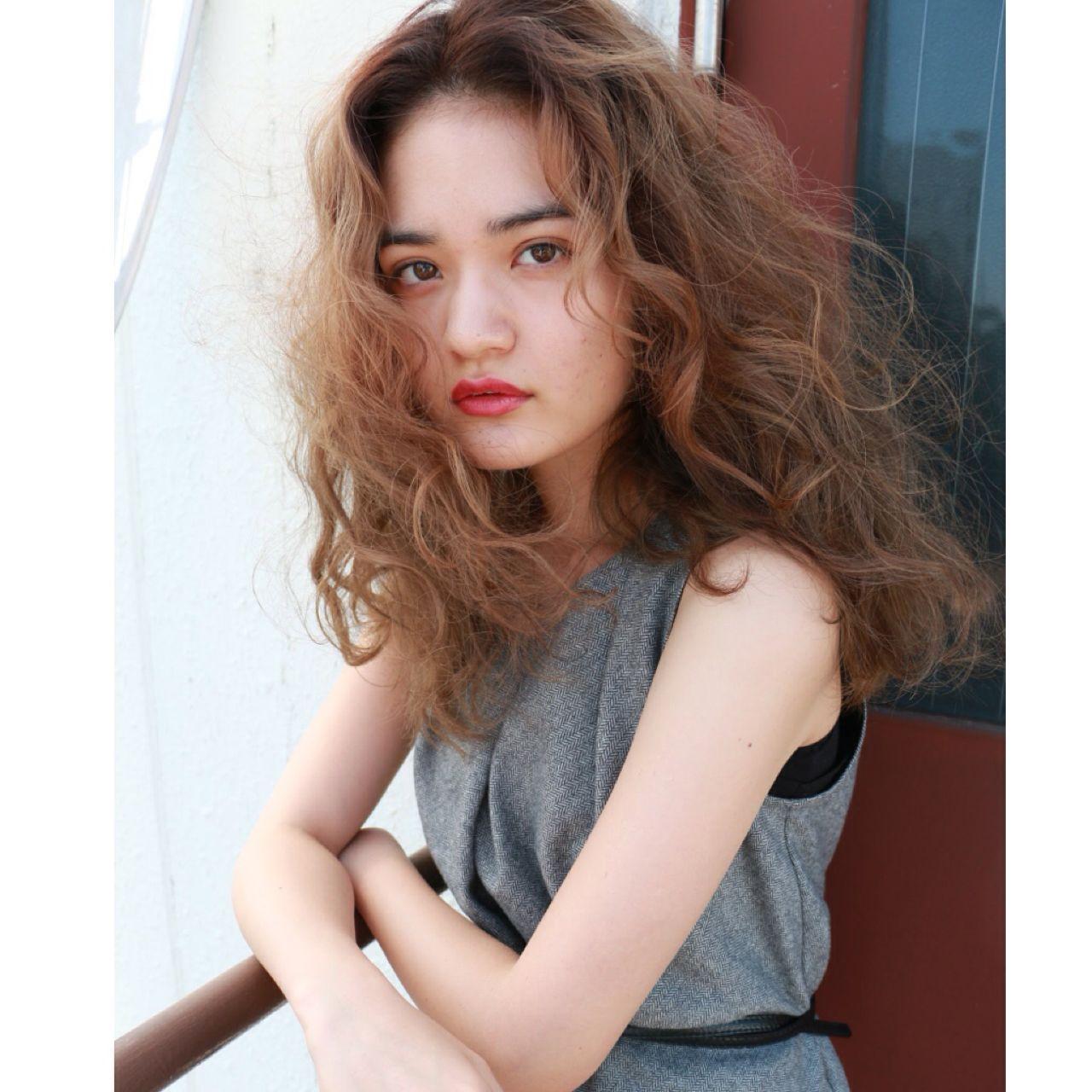 ウェーブ セミロング 春 ストリート ヘアスタイルや髪型の写真・画像