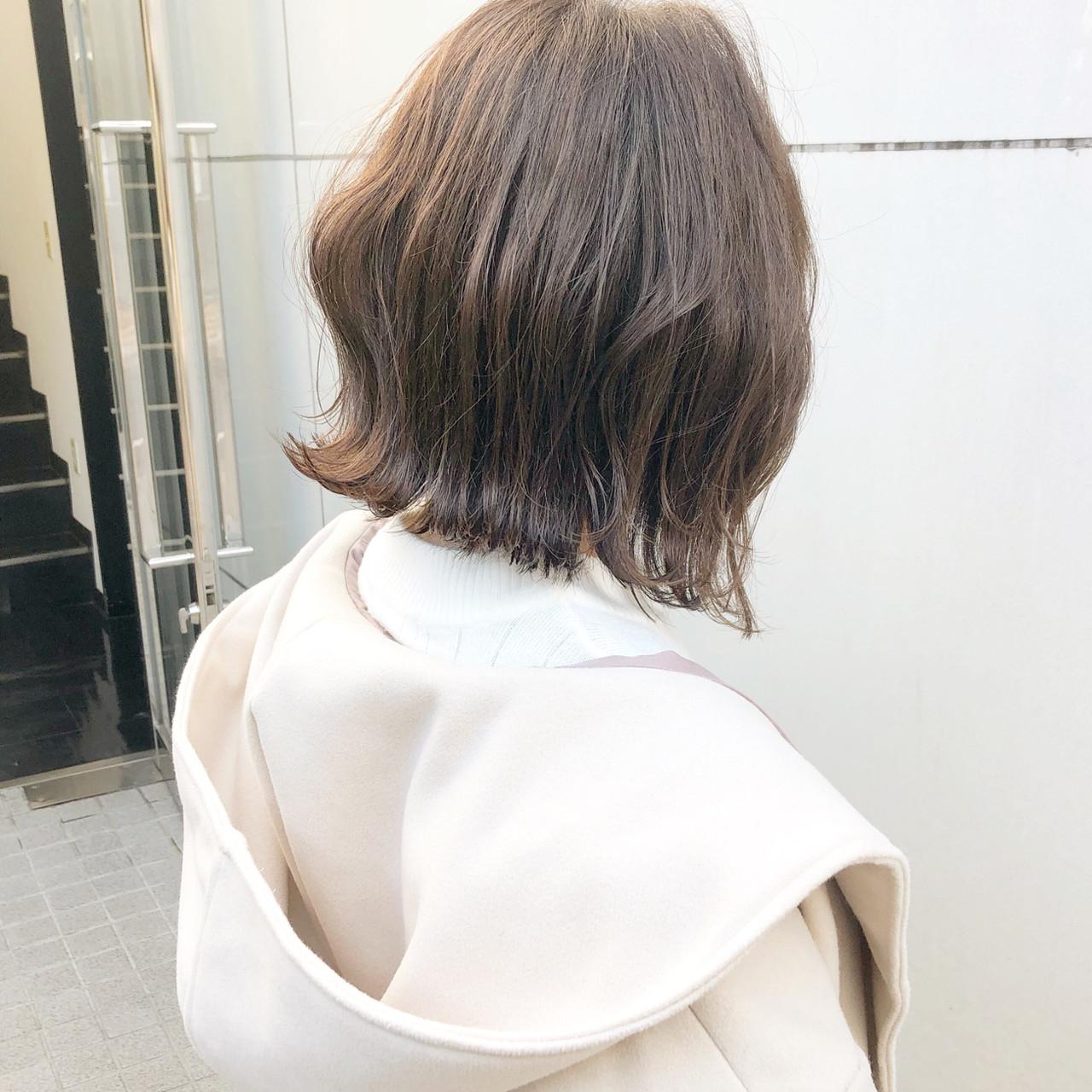 簡単巻きで外ハネお洒落ボブ✨ . . 『切りっぱなしボブや外ハネボブをしてみたいけど、スタイリングの仕方も分からないし、なかなか踏み込めない』 . と思った事はございませんか? . . そんな方は是非お任せください?✨ . . . ボブは長さの調整や簡単スタイリングの仕方で、幅広いお顔の形に似合うヘアスタイルになるんです?♂️ . . . 今回の切りっぱなしボブは、内巻きボブと違って丸みが無く、クビレがあるので丸顔さんでお悩みの方にもオススメです‼️ . . . スタイリングはとても簡単‼️‼️ . 外巻きに巻いてもOK?♂️✨ . 巻かずにそのままタイトに仕上げてもOK?♂️✨ . . . . 巻く場合は32ミリのコテで毛先から外巻きで一回転させるだけです☝?✨ . . もしお持ちであればシアバターなどのバーム系の物やオイル等で最後に少しウェットっぽくしてあげると、より雰囲気が出ます⭕️ . . 手間のかからないスタイルですので、スタイリングが苦手な方にもオススメです? . . . 分かりづらい方はスタイリングのやり方をレクチャー致します☘️☘️ . . . . ボブにしたい方! 現在ボブの方! のご相談お待ちしております? . . . ☑︎ボブにしたいけど似合うかわからない ☑︎イメチェンしたいけど失敗したくない ☑︎現在ボブだけどスタイリングしづらい ☑︎コテを使うのが苦手 ☑︎簡単なスタイリング方法が知りたい ☑︎ボブにしたいけど縛れる長さが欲しい ☑︎切りっぱなしボブをしてみたい . 等という方は是非お任せ下さい‼️ . . . 『9割以上のお客様がボブをオーダー』 . インスタから来て頂けるお客様の9割はボブスタイルです⭐️ . 切りっぱなしボブや内巻きの丸みのあるボブなど沢山オーダー頂いております?✨ . . 特に20代〜30代の女性のお客様が多いです⭐️ . . . 【美容師歴7年】 美容の激戦区と言われる表参道で ずっと美容師をしてきました✂️ . . 流行の最先端を行くこのエリアでボブスタイルに拘りを持ってきました‼️ . . 僕が大事にしていることは 【動き】と【再現性】 です✨ . . 質感と量感に拘り、スタイリングした時に動きが出るように立体感を出す事⭕️ . .  お客様がご自宅でもできるように、再現性のある簡単スタイリングの方法⭕️ . . この2つは常に意識しております?♂️✨ . . . 最近はインスタから来て頂ける事が増えて来てます?✨ . . . わざわざ遠いところから美容室の多い表参道エリアで、僕を選んで頂ける事が本当に嬉しく思います ?♂️✨ . . なので、少しでもお客様の100%のご満足に近づけるように日々精進しています?✨ . . . 表参道駅A2出口徒歩2分の美容室『CHIC表参道』スタイリストの永田です✂️. . . ご予約は直接DM、または電話0334781457. ホットペッパービューティからお願い致します? . . ⭐️ご新規様のメニュー⭐️. . カット・トリートメント6300円 . カット・カラー・トリートメント9240円 . カラー・トリートメント7020円 . カット・パーマ9240円 . 他の組み合わせが良い場合もご相談下さい?✨ . . . 美容室『CHIC表参道』 . . 東京都渋谷区神宮前4-9-7ギャザリングコートB1 (表参道駅A2出口徒歩2分) . . . ✂️スタイリスト永田邦彦✂️ . . 【営業時間】 . 水 木 金 11:00〜21:00 . 土 10:00〜20:00 . 月 日 祝 10:00〜19:00 . . 最終受付 . カット 1時間前 . カット カラー 2時間前 . カット パーマ 2時間30分前 . . 火曜定休