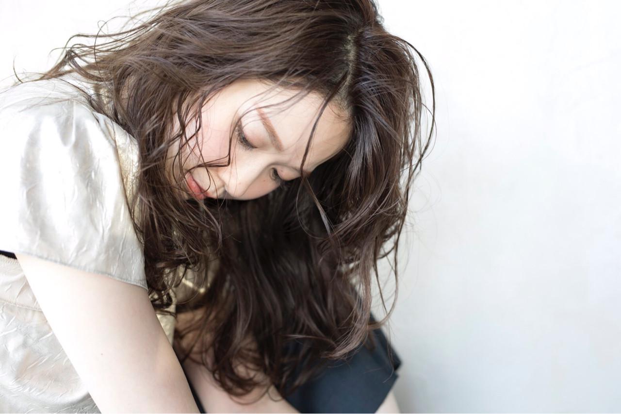 アンニュイ ナチュラル ウェーブ グレージュ ヘアスタイルや髪型の写真・画像