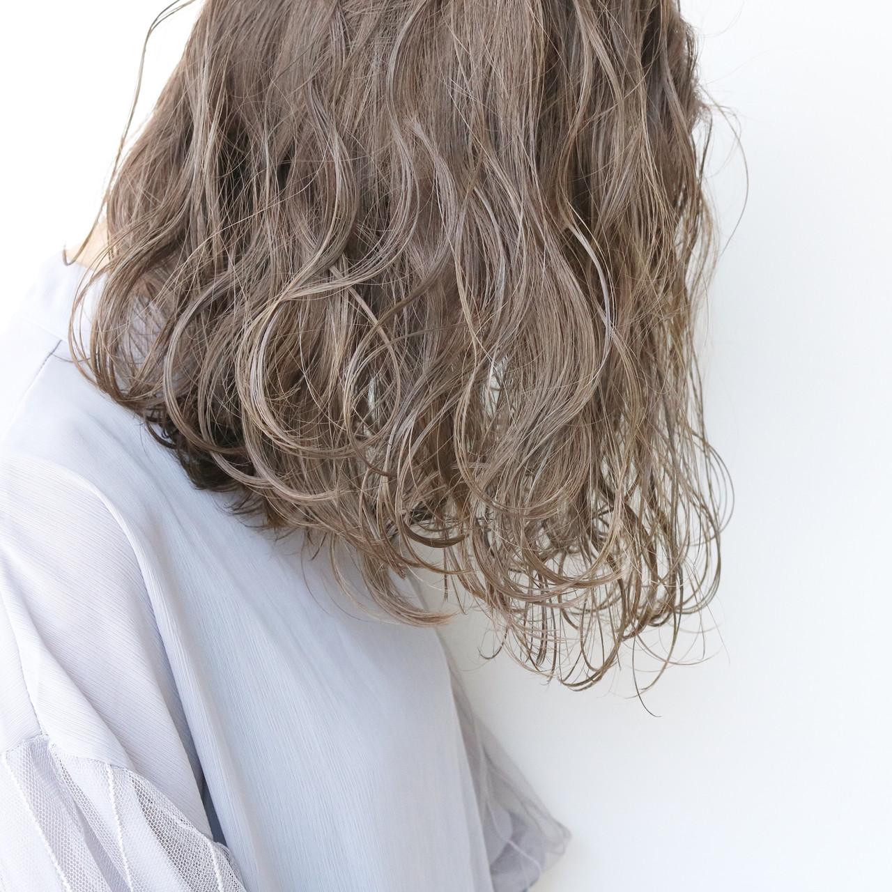 大人かわいい ツヤ髪 ミルクティーベージュ ナチュラル ヘアスタイルや髪型の写真・画像