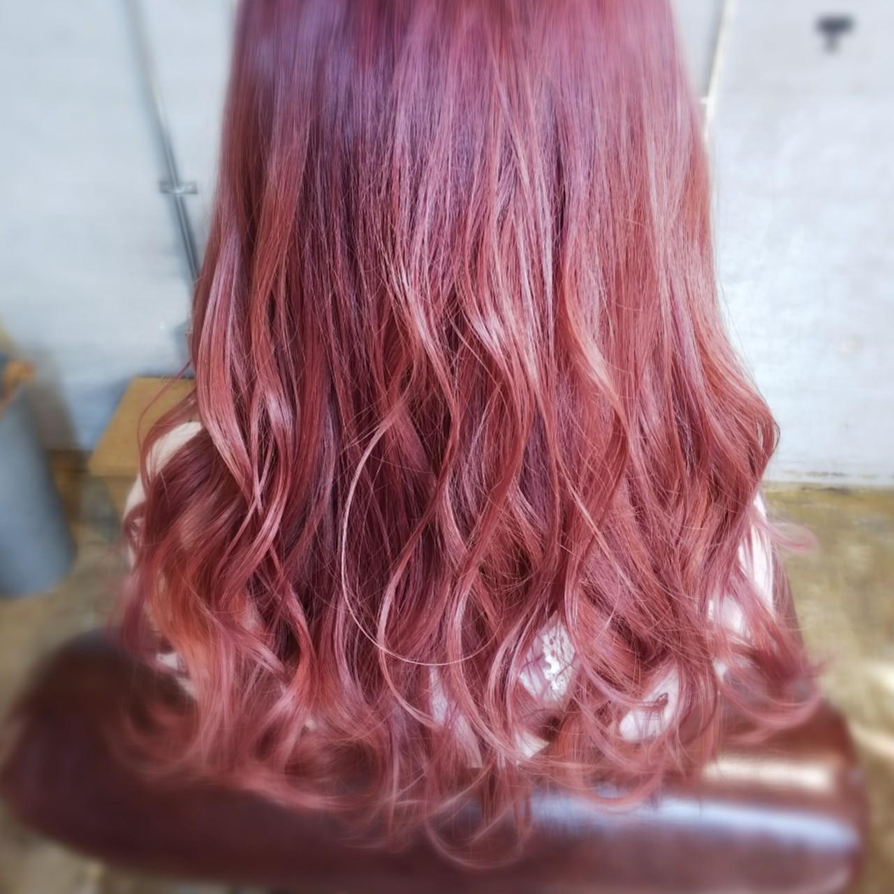 個性的 ガーリー ピンク レッド ヘアスタイルや髪型の写真・画像
