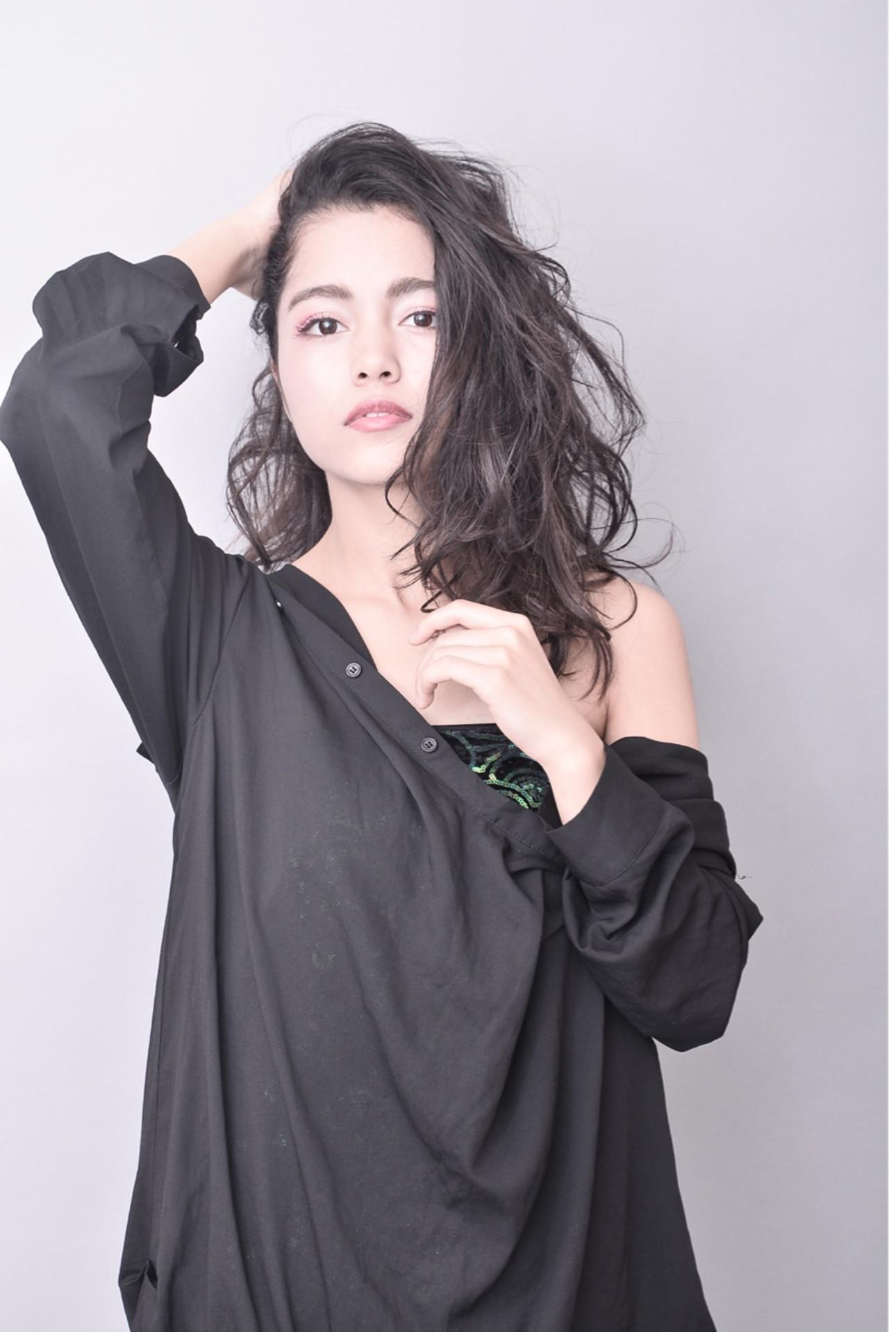 パーマ 暗髪 ニュアンス 外国人風 ヘアスタイルや髪型の写真・画像