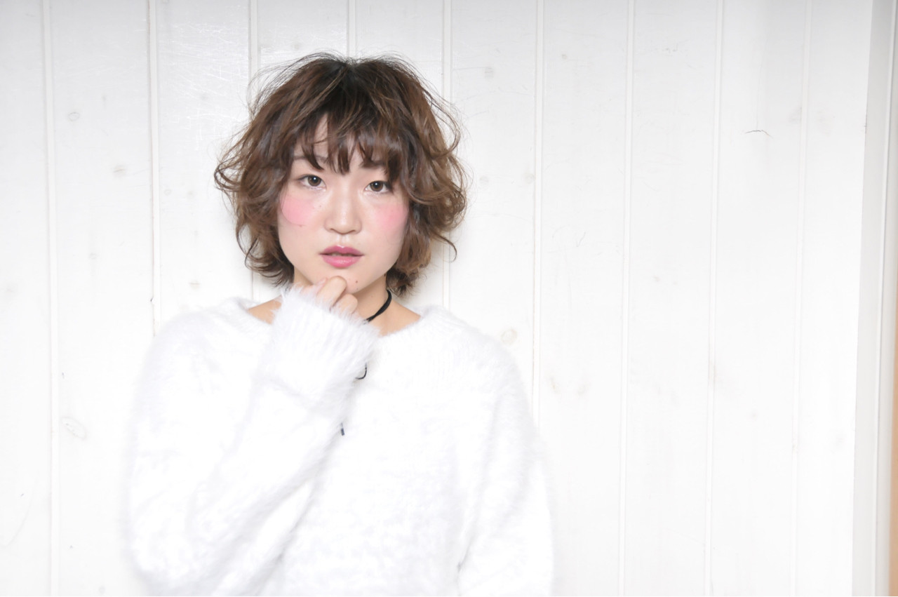 ミルクティー ショート パーマ フリンジバング ヘアスタイルや髪型の写真・画像 | 岡田 有希 / Neolive caff