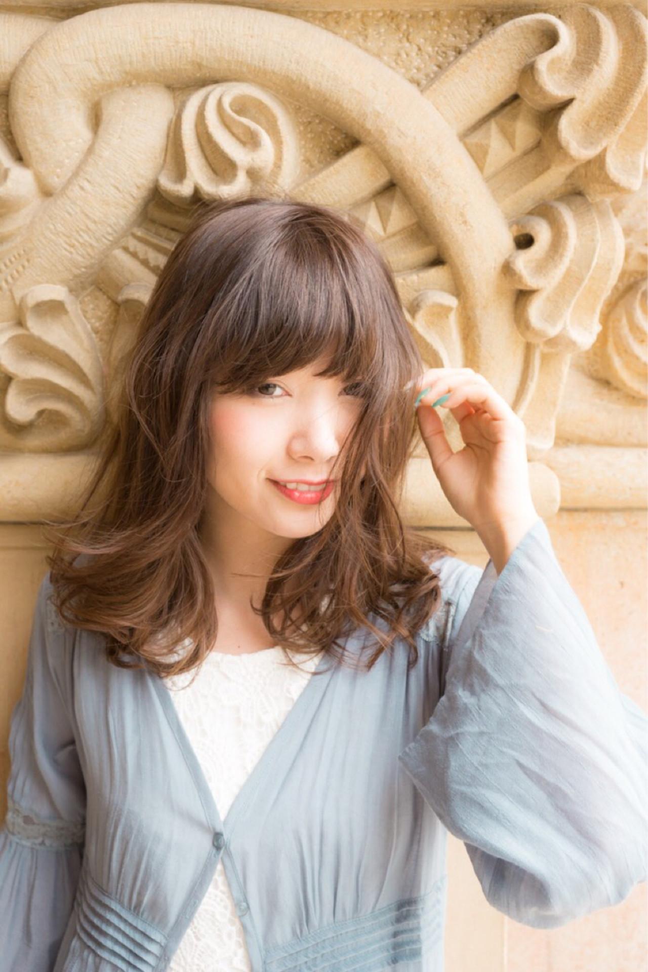 フェミニン ミディアム ウェーブ 抜け感 ヘアスタイルや髪型の写真・画像