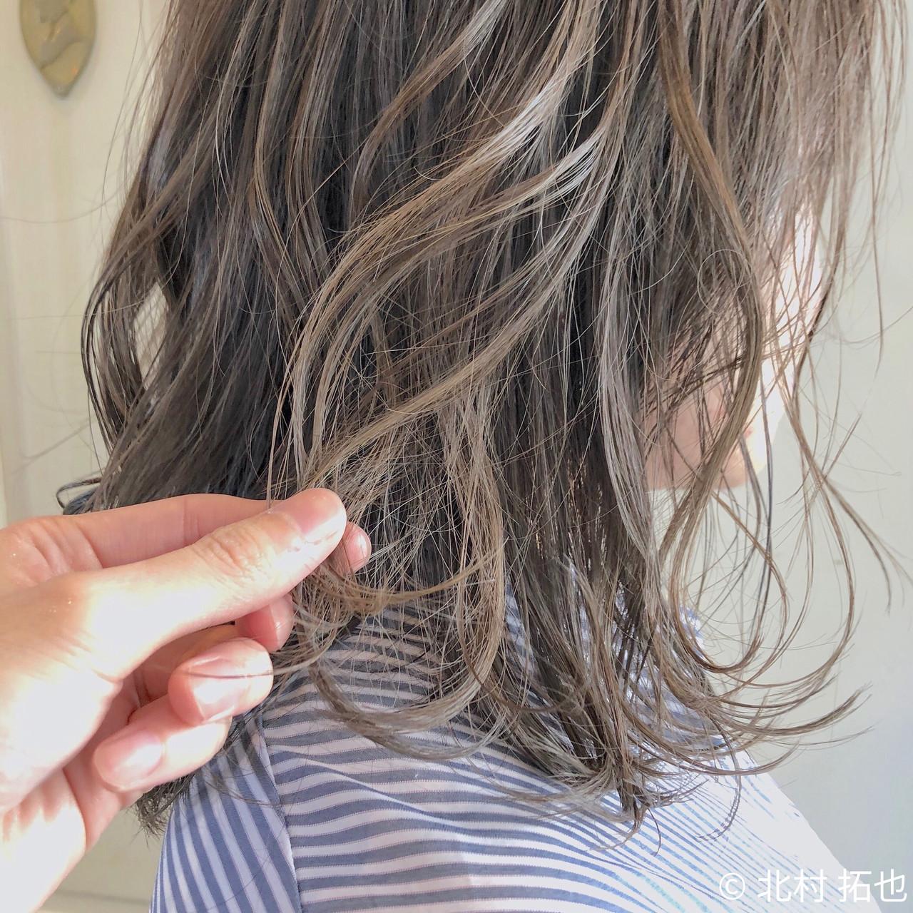 ミディアム ゆるウェーブ 透明感カラー 極細ハイライト ヘアスタイルや髪型の写真・画像