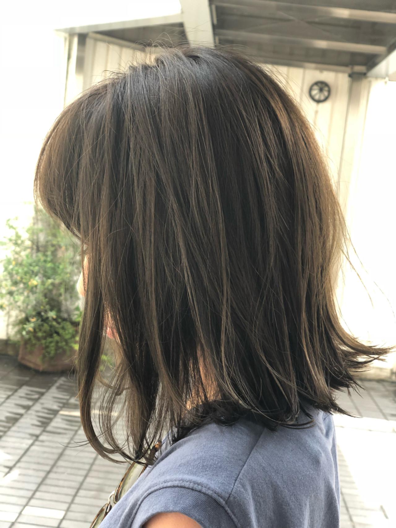 ミディアム ボブ 外ハネ アッシュベージュ ヘアスタイルや髪型の写真・画像