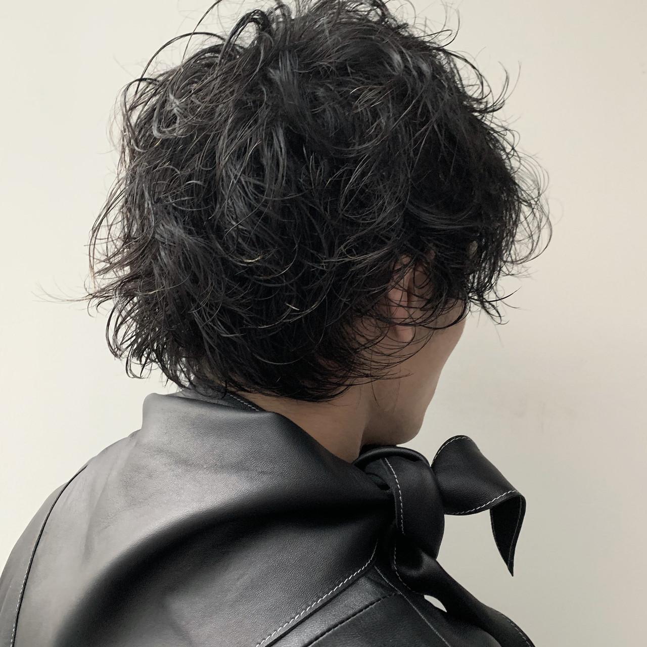 強めのくせ毛を活かしたストリートなメンズスタイルです
