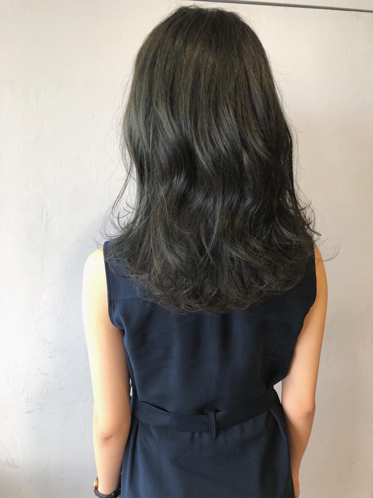 ミディアム ネイビーアッシュ グレージュ ブルージュ ヘアスタイルや髪型の写真・画像