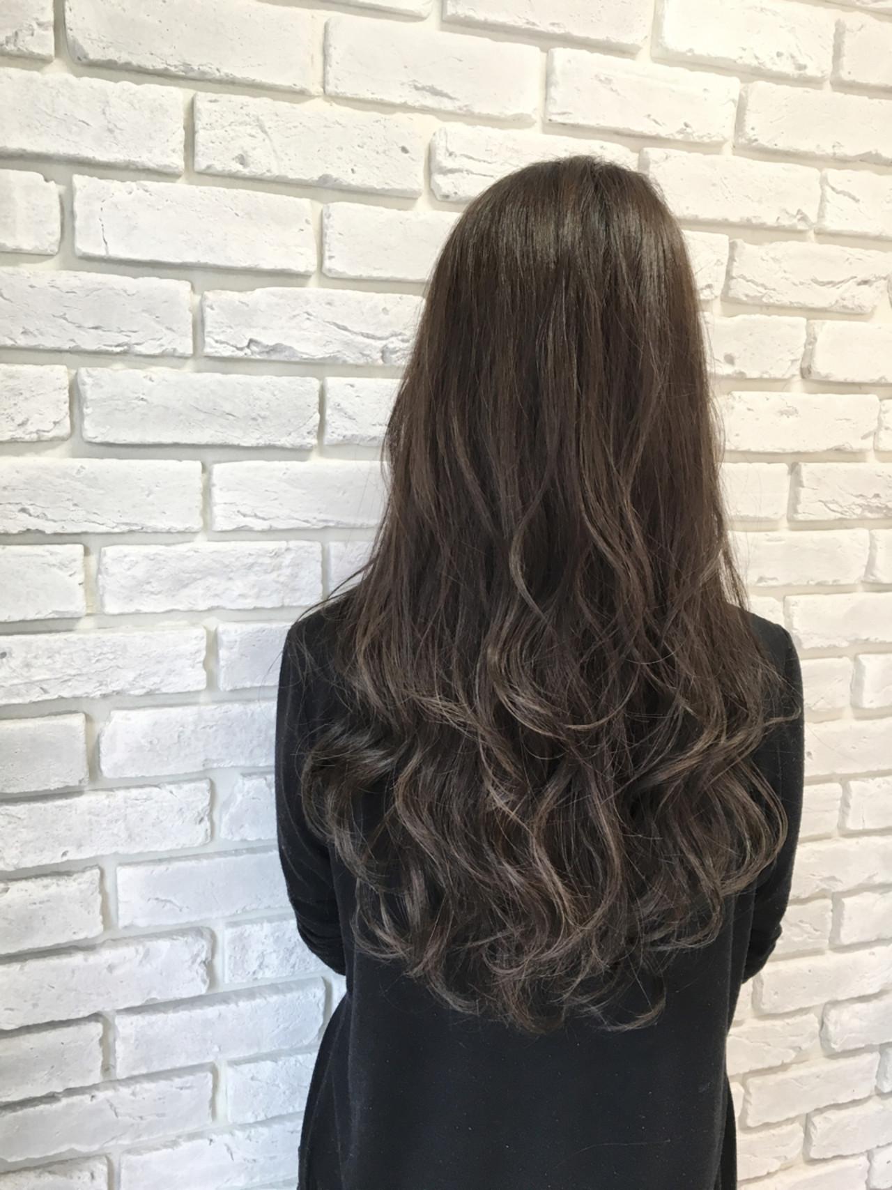 セミロング アッシュ 暗髪 ウェーブ ヘアスタイルや髪型の写真・画像