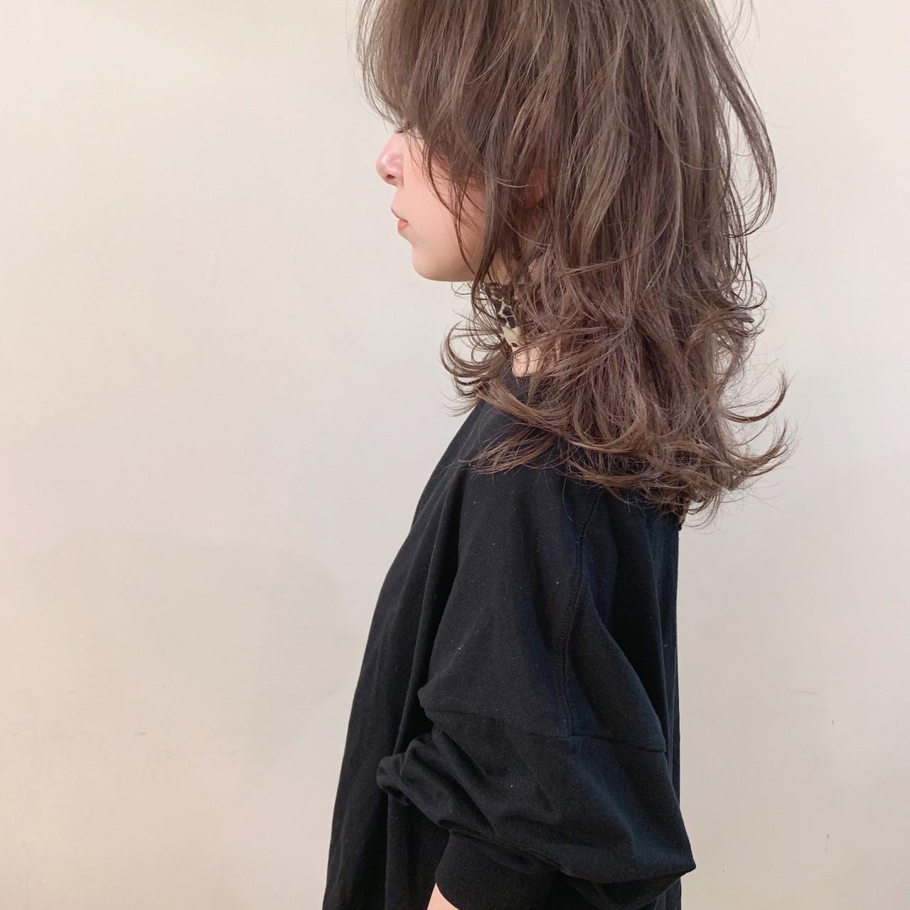 ゆるふわ ミディアム アンニュイほつれヘア オフィス ヘアスタイルや髪型の写真・画像