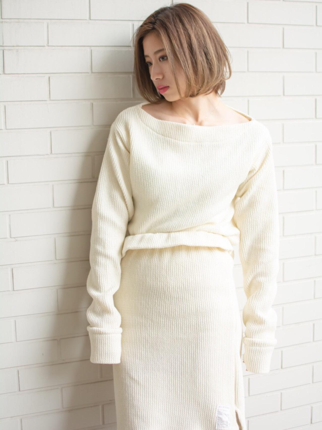 札幌 大通 noine スタイリスト斉藤です。 冬向けの、切りっぱなしボブスタイル撮影ー!!  自然とでる「束感」  話題のHUEカラーで、カラーしました。  N. ナチュラルバーム仕上げ   今回も「ピアス」「ニットの服」作りました。 「ピアス」サロンで販売しています。  ホットペッパークーポンあります☺︎  #女っぽ#ピアス#オークル#カラー #オフィス #ナチュラル #ミディアム #女子会#大人かわいい #セミロング #ブラウン #うざバング #コンテスト #丸顔#ショート#HUEカラー#ヒューグロス#ミディアム#ニット#ボブ#ボア