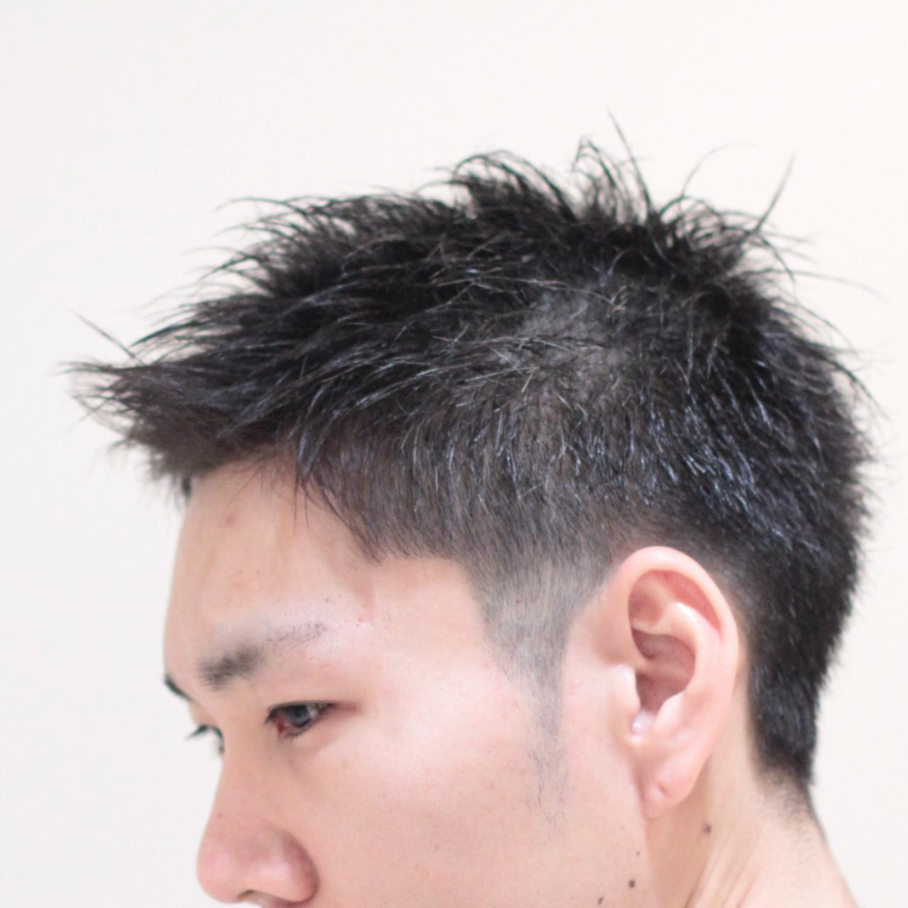 サイドを短くカットした男子就活生のヘアスタイル