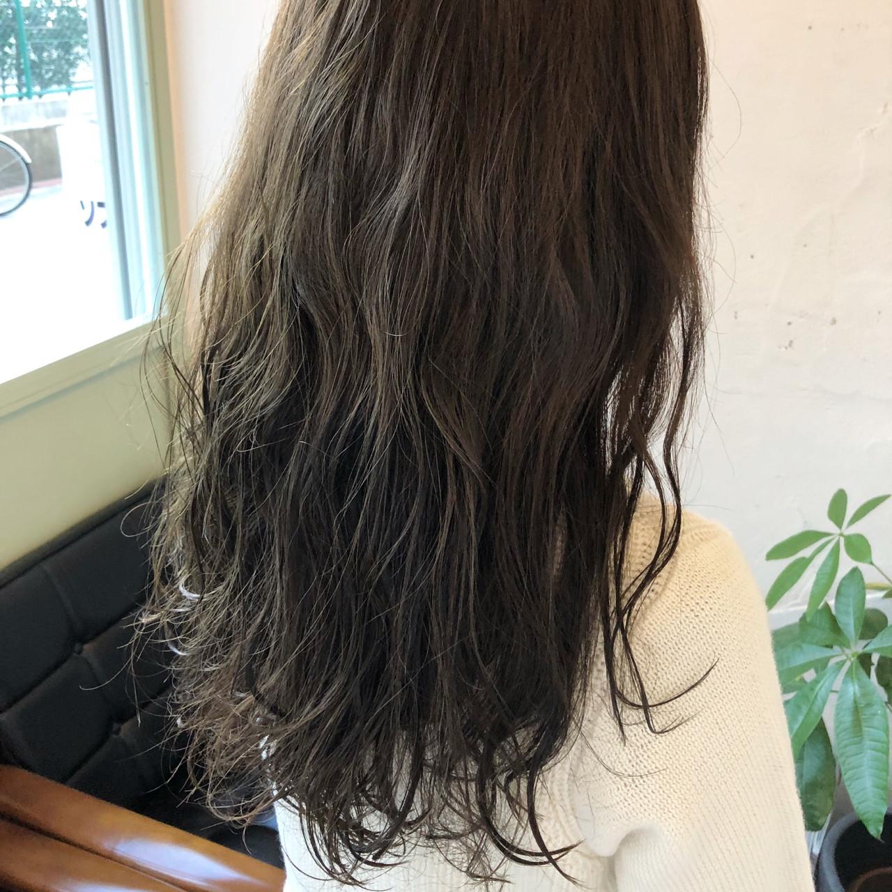 外国人風カラー セミロング パーマ オフィス ヘアスタイルや髪型の写真・画像 | 根倉 聡 / +muutos (ムートス)