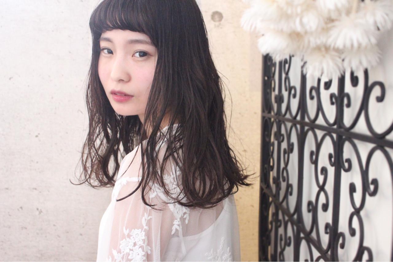 ウェーブ 透明感 外国人風 セミロング ヘアスタイルや髪型の写真・画像