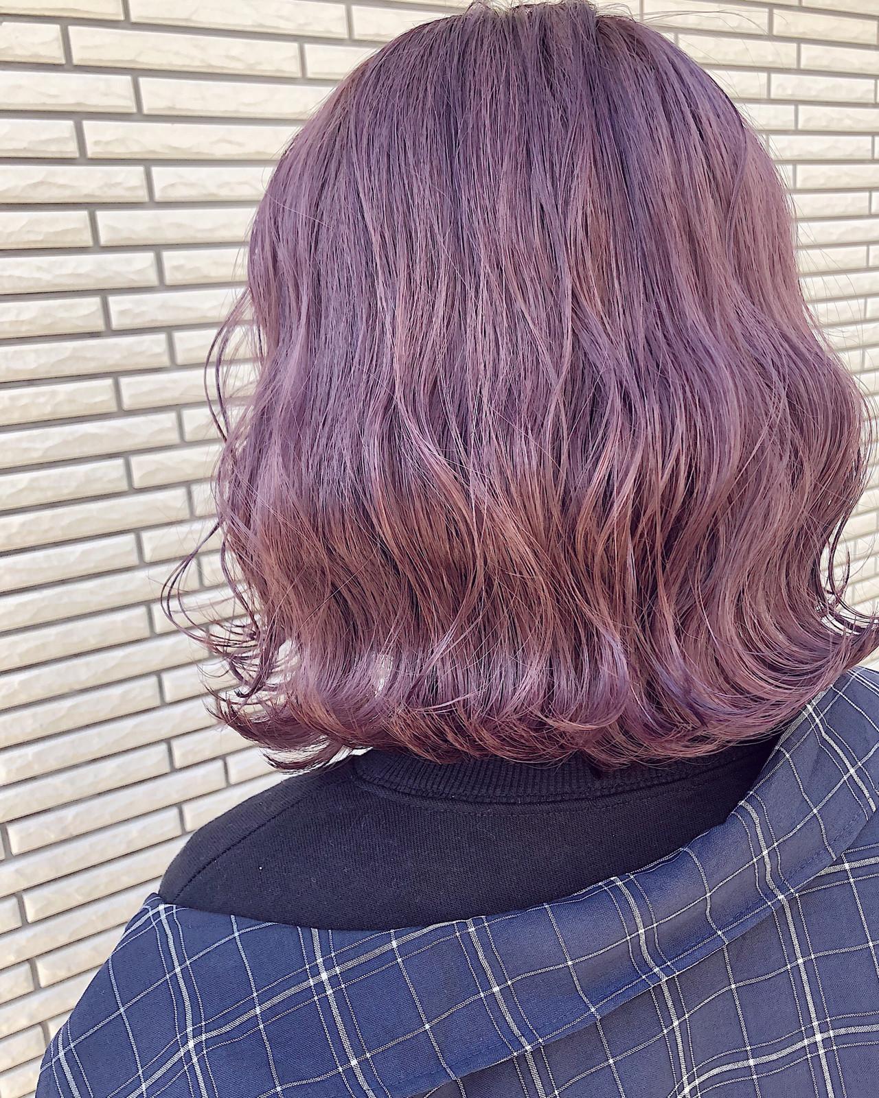 ピンクベージュ 波ウェーブ ストリート ボブ ヘアスタイルや髪型の写真・画像