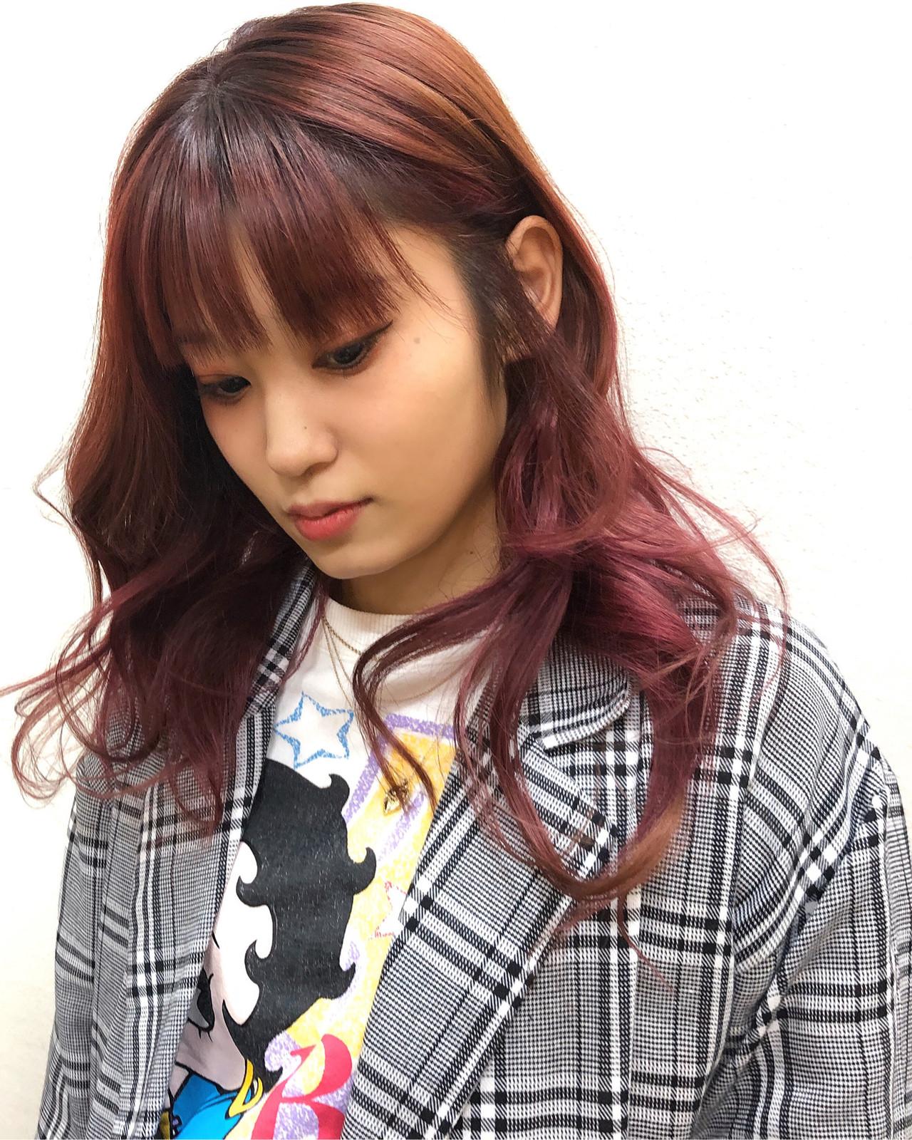 ストリート インナーカラー チェリーピンク セミロング ヘアスタイルや髪型の写真・画像   佐藤タカヒロ / Gritter